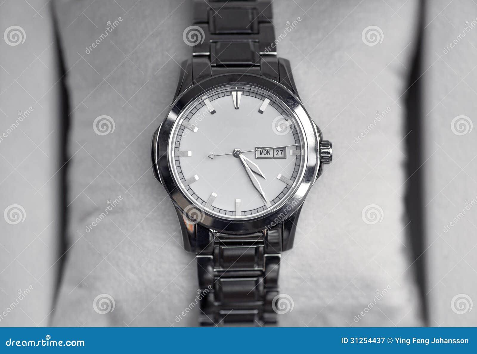 Moderne armbanduhr  Moderne Armbanduhr Lizenzfreie Stockfotografie - Bild: 31254437