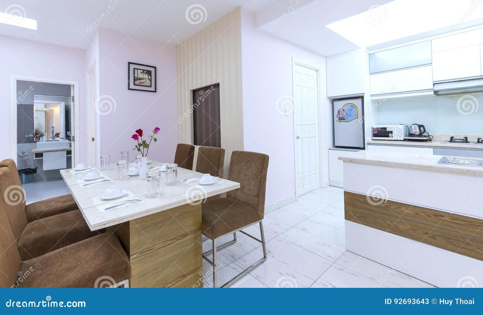 Moderne Artwohnung Kombiniert Wohnzimmer, Esszimmer, Großer ...