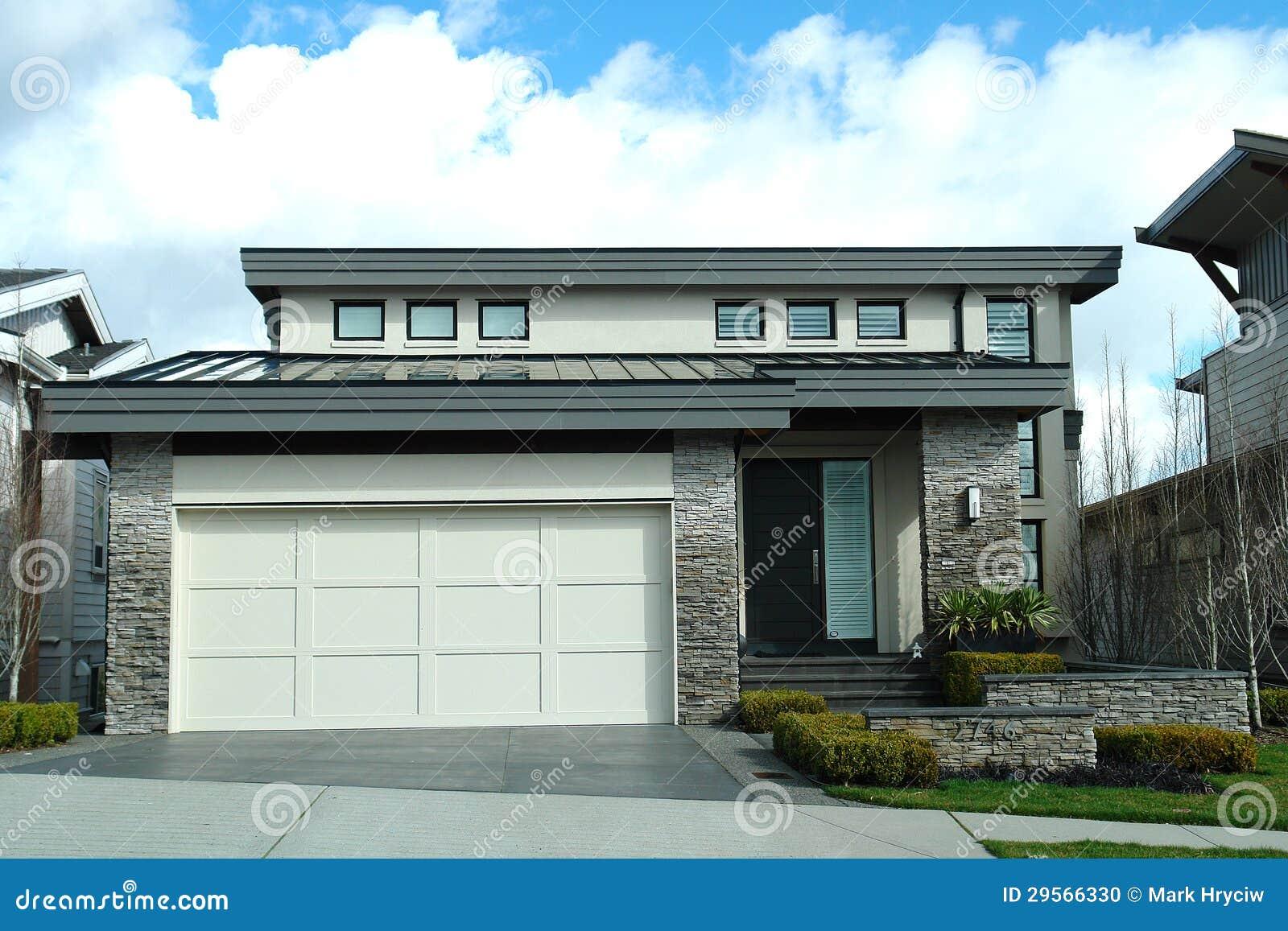 Moderne Auslegungs-Haus-Ausgangsäußeres Stockfoto - Bild von verkauf ...