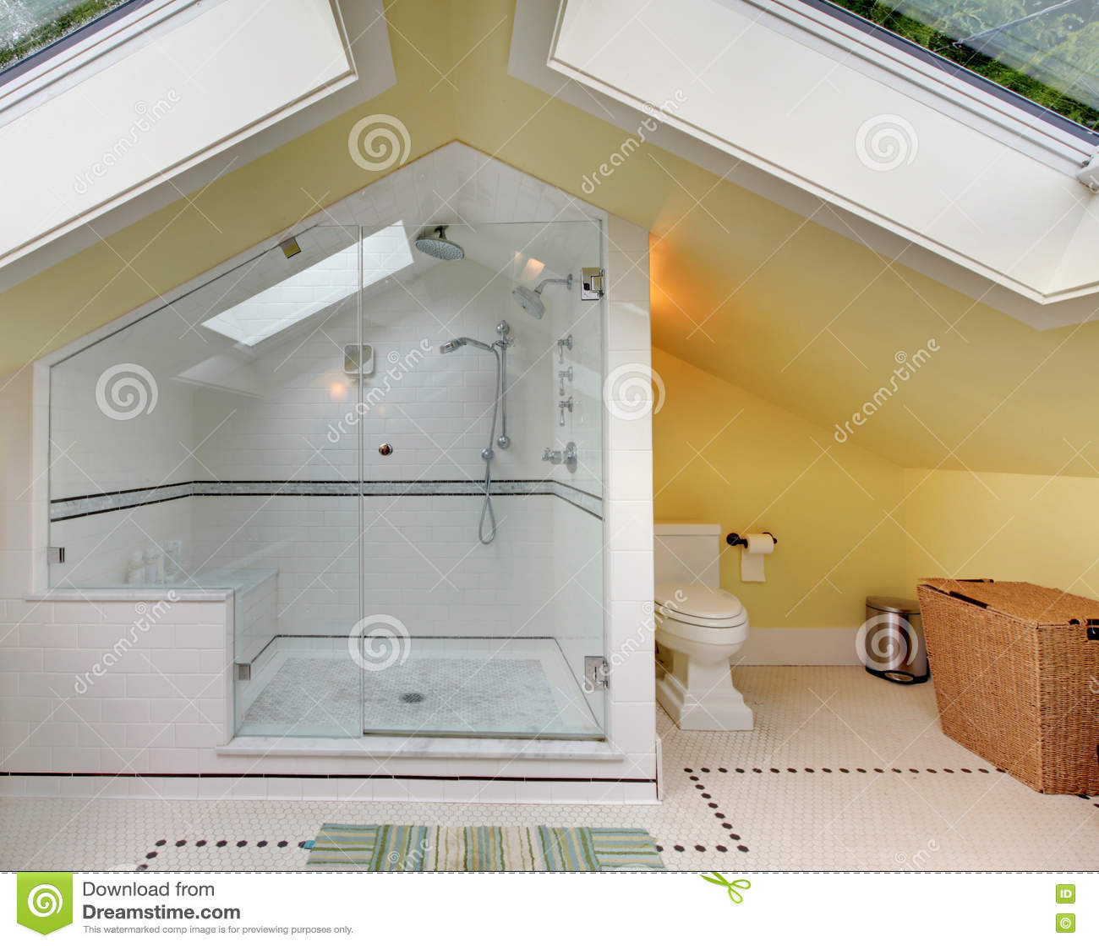 Moderne Badkamers Boven Met Grote Douche En Gewelfd Plafond Stock ...