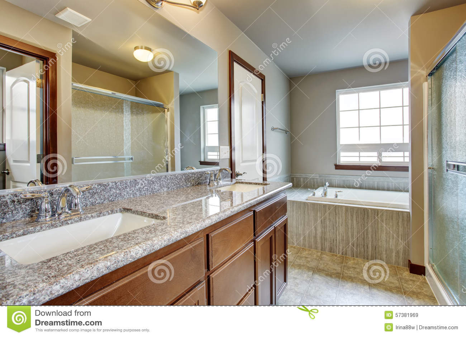 Moderne badkamers met afzonderlijke toiletruimte