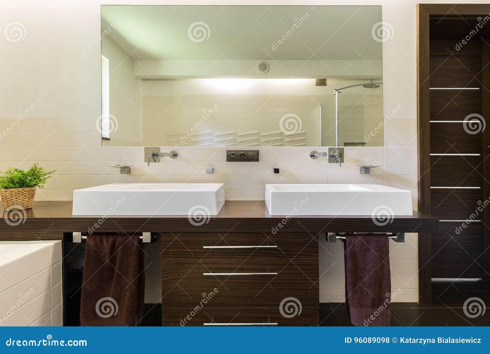 Moderne badkamers met donker meubilair stock foto afbeelding