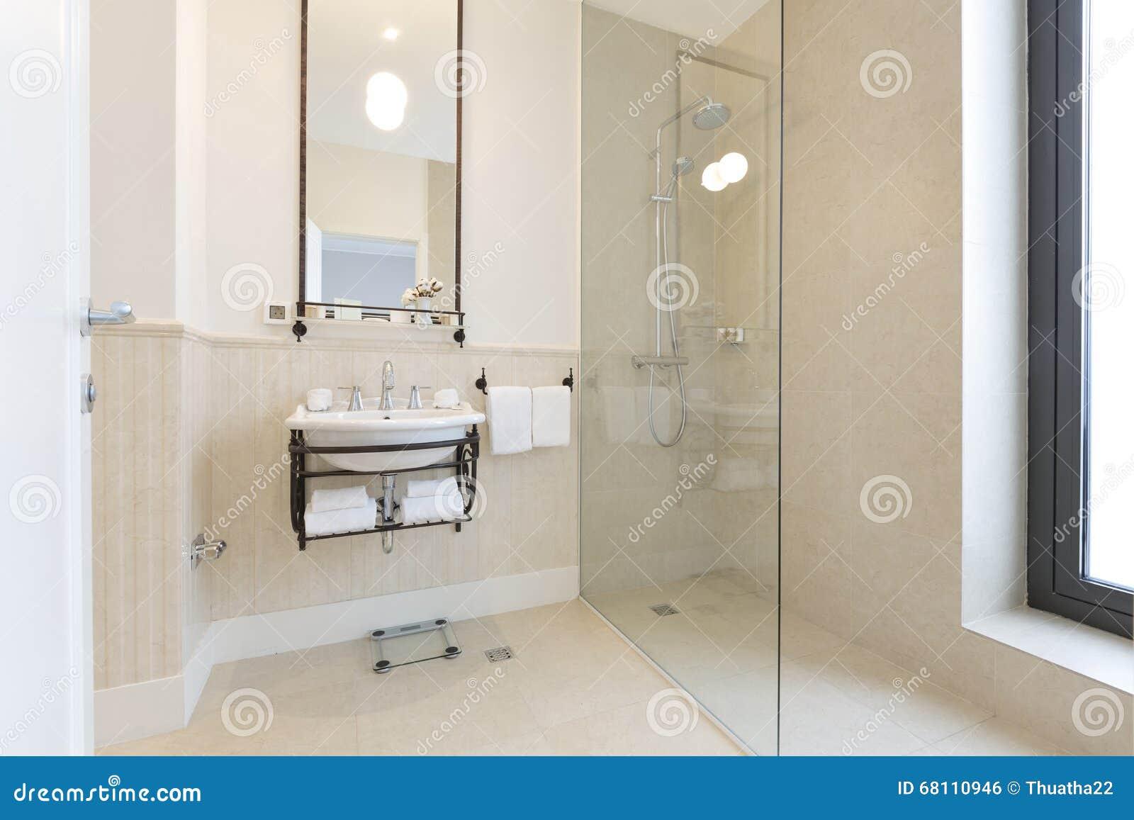 Moderne badkamer in blauw en grijze tinten met douchecabine