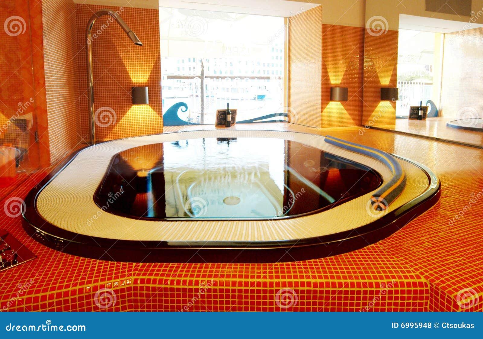 Moderne Badkamers met spiegel en verlichting