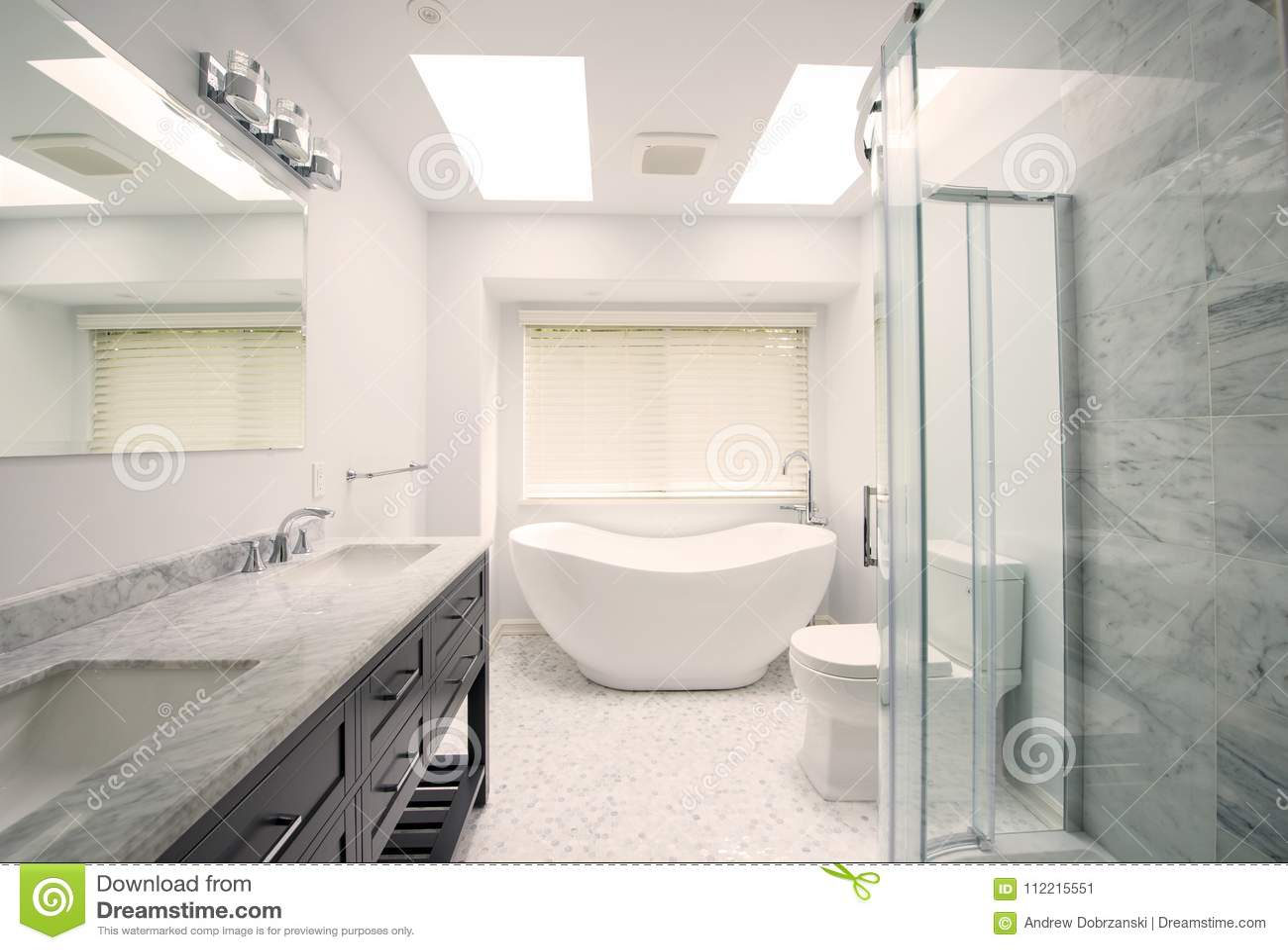 Moderne badkamers met tegelvloer stock afbeelding afbeelding