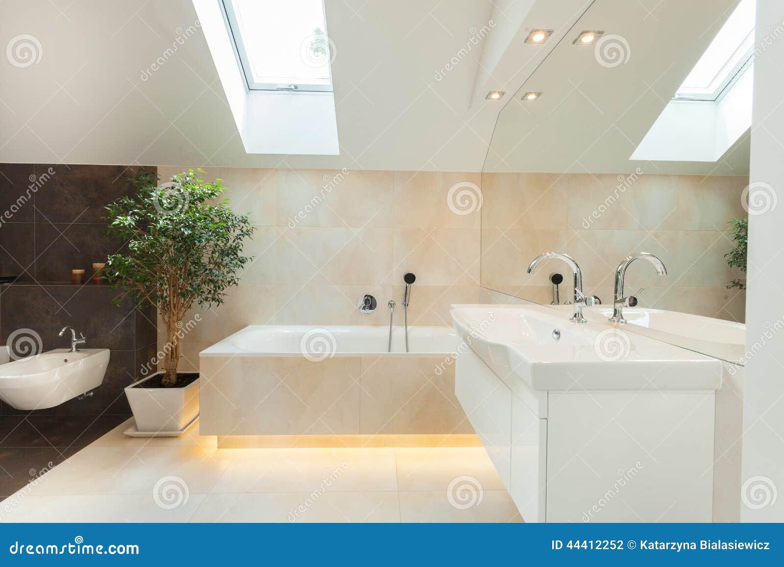 Mooie Moderne Badkamers : Moderne badkamers met verlicht bathtube stock foto afbeelding