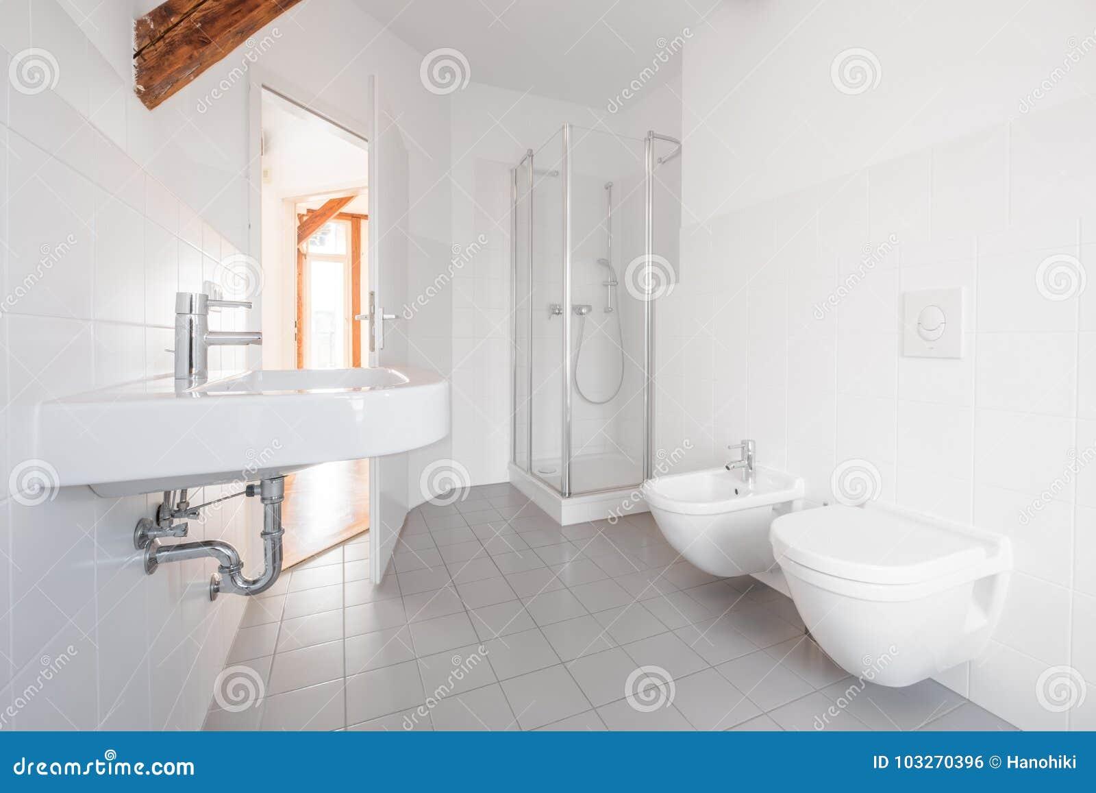 Moderne badkamers wit betegeld bad met douche stock foto