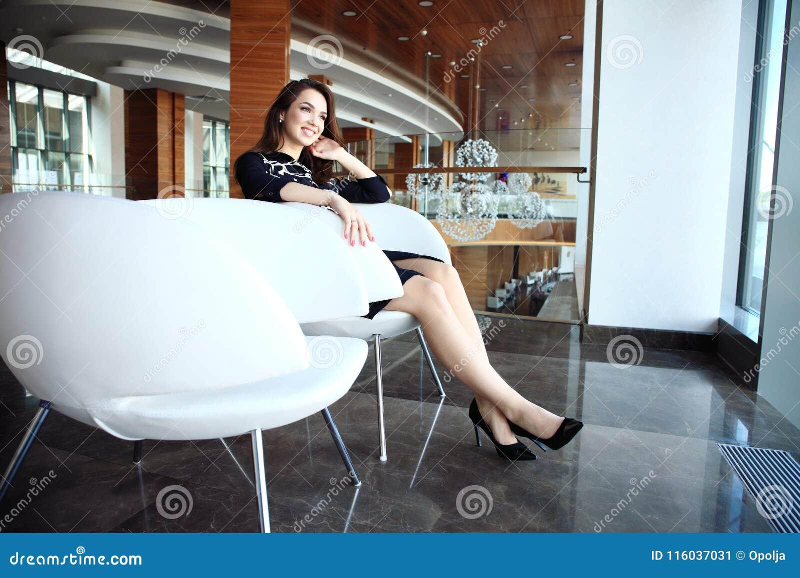 Moderne bedrijfsvrouw in het bureau met exemplaarruimte