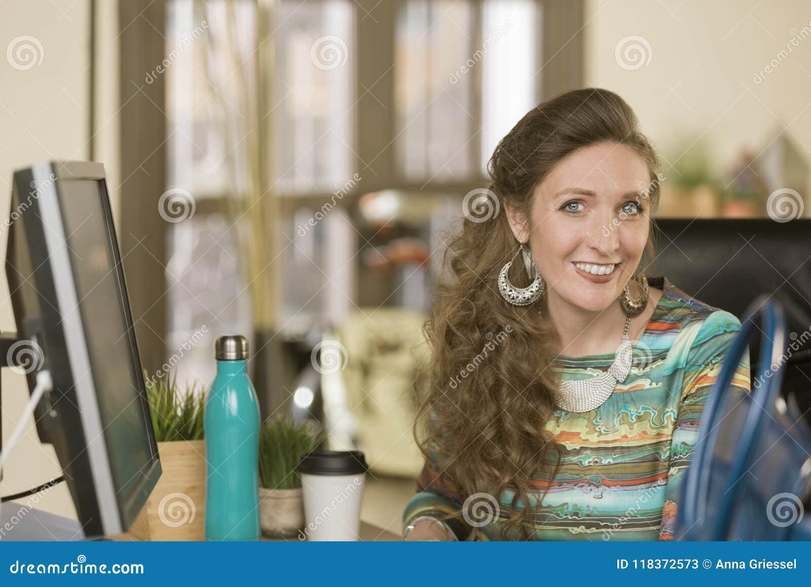 Moderne Berufsfrau in einem kreativen Büro