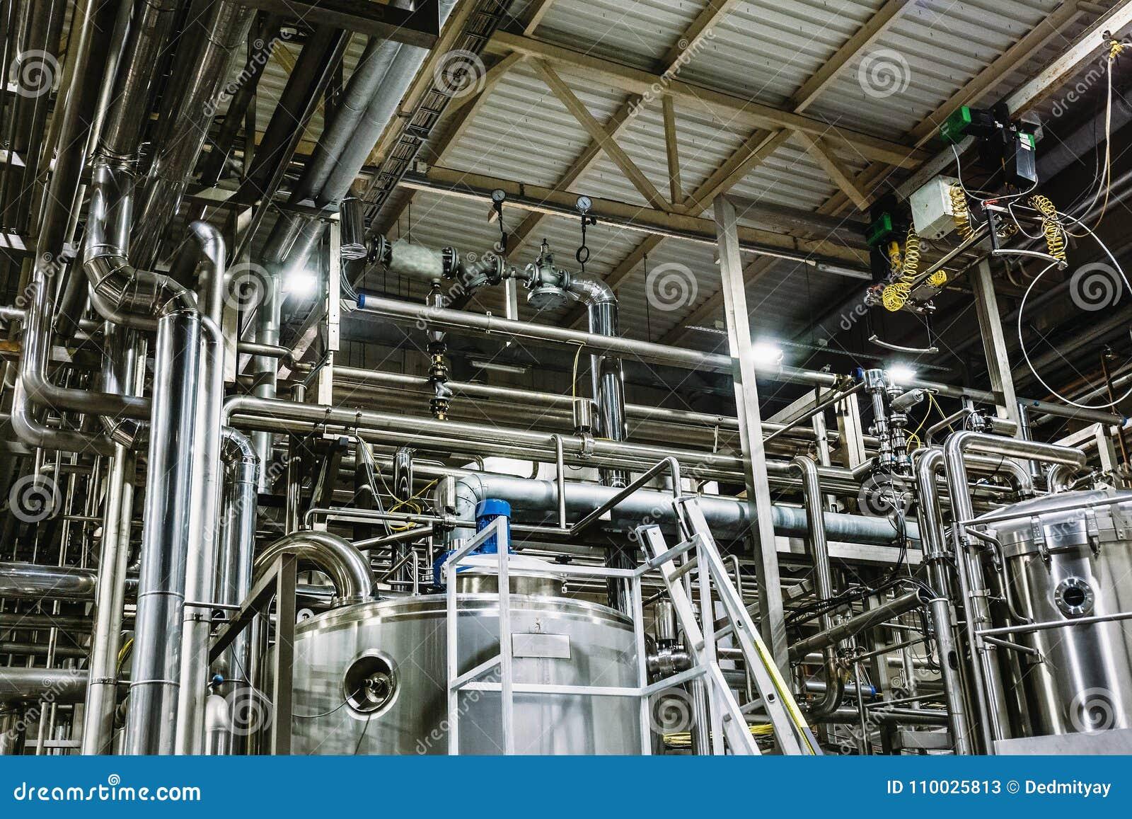 Moderne bierfabriek, brouwerijconcept Staaltanks voor bierproductie Industriële Achtergrond