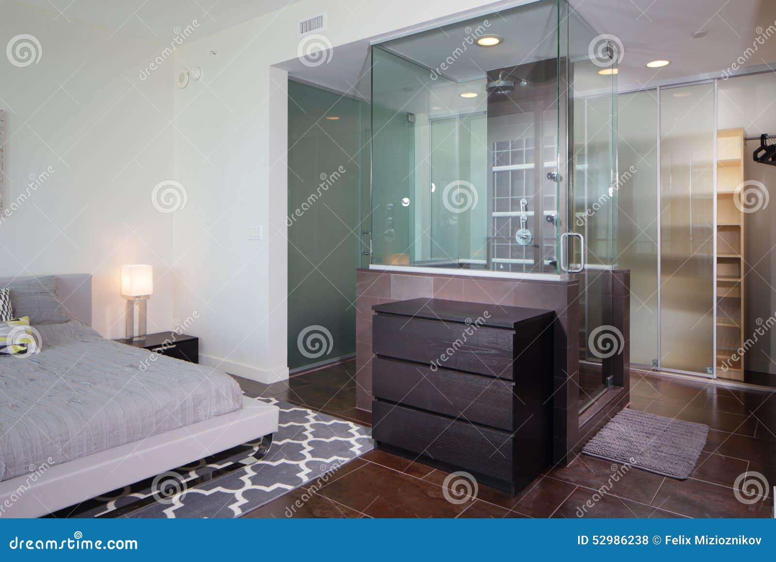 Moderne binnenlandse douche stock foto afbeelding bestaande uit