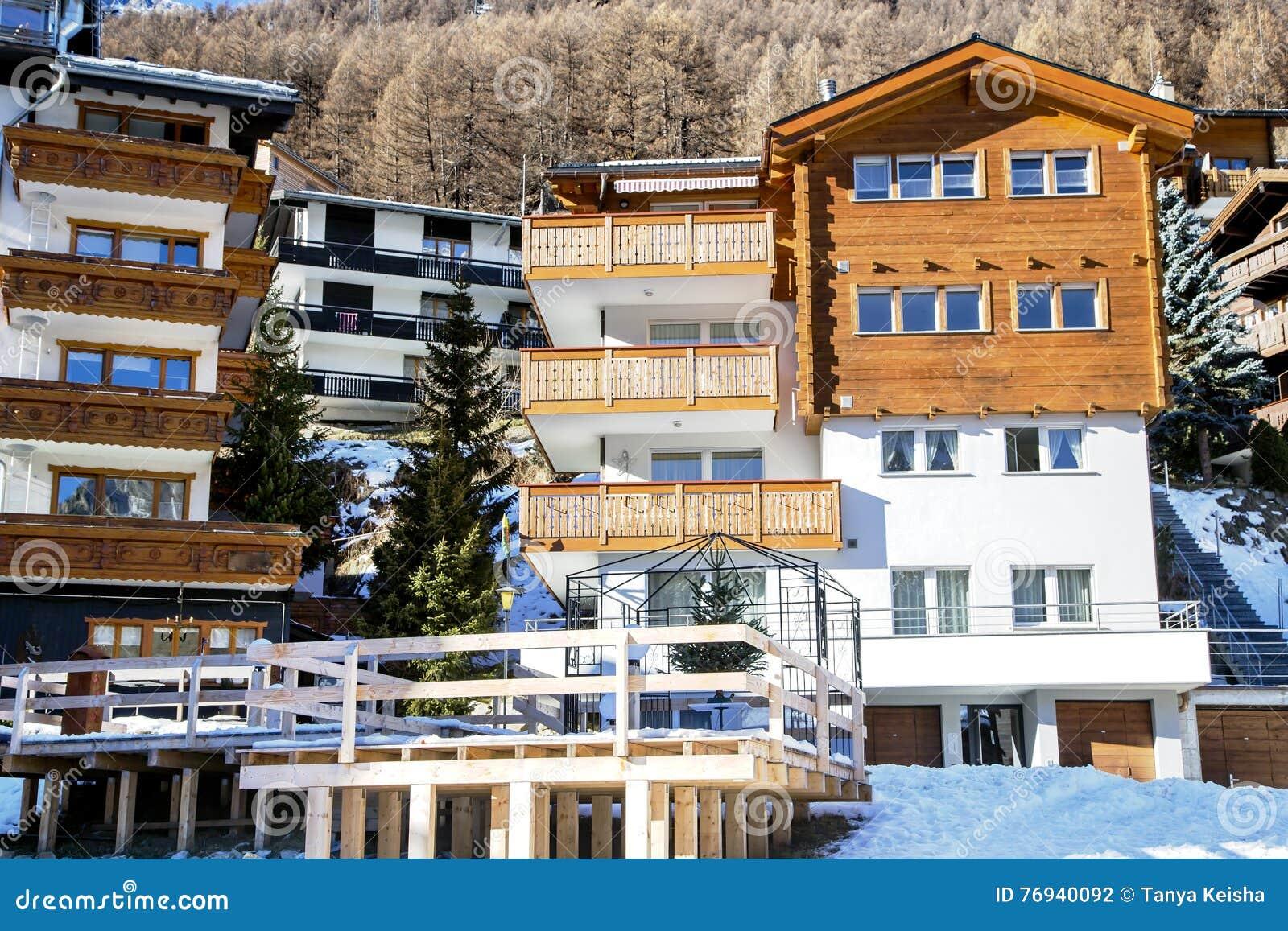 Moderne blokhuizen met een houten terras stock foto afbeelding