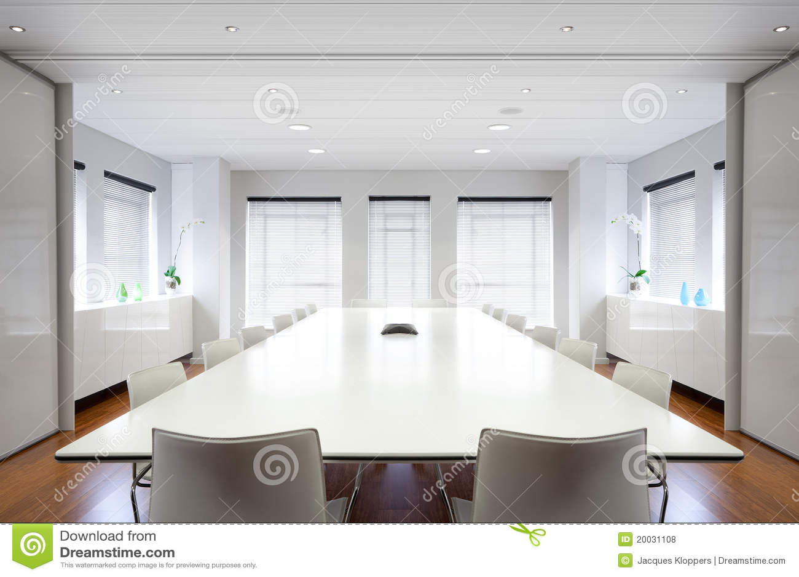 Moderne bureaubestuurskamer die met licht wordt gevuld.
