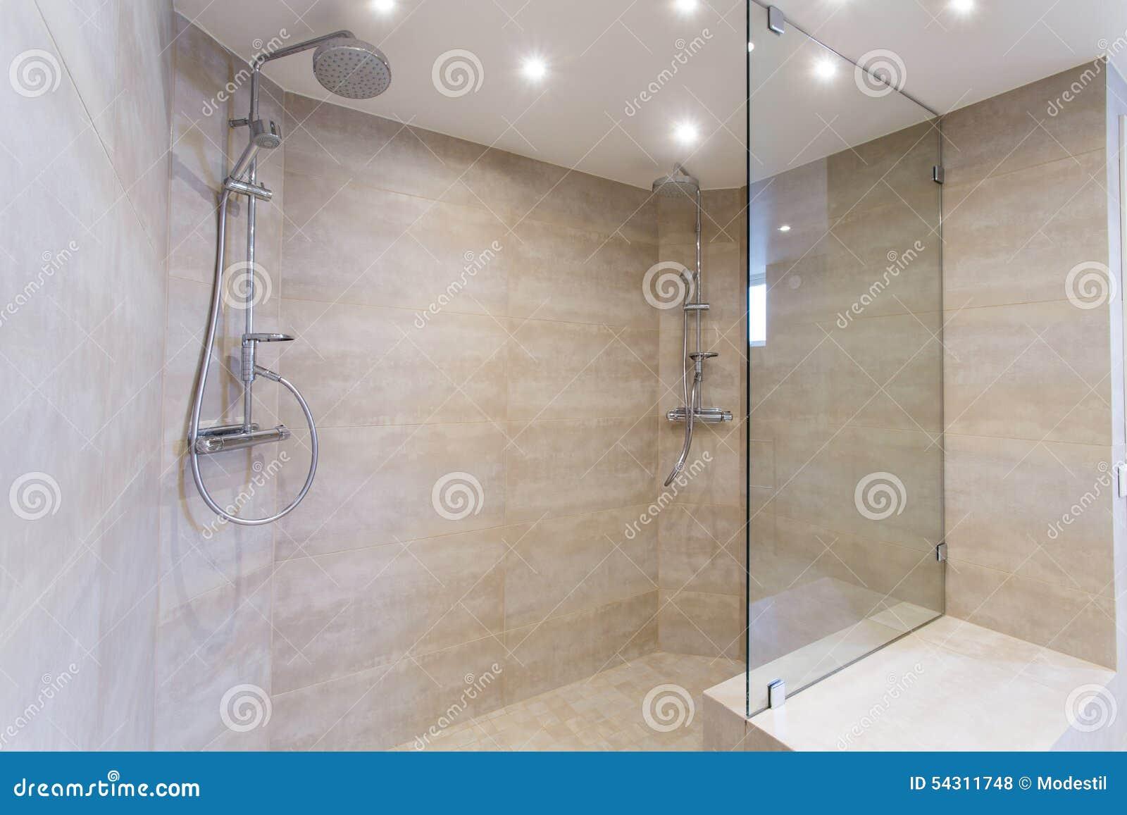 Moderne douche stock foto. afbeelding bestaande uit gootsteen 54311748