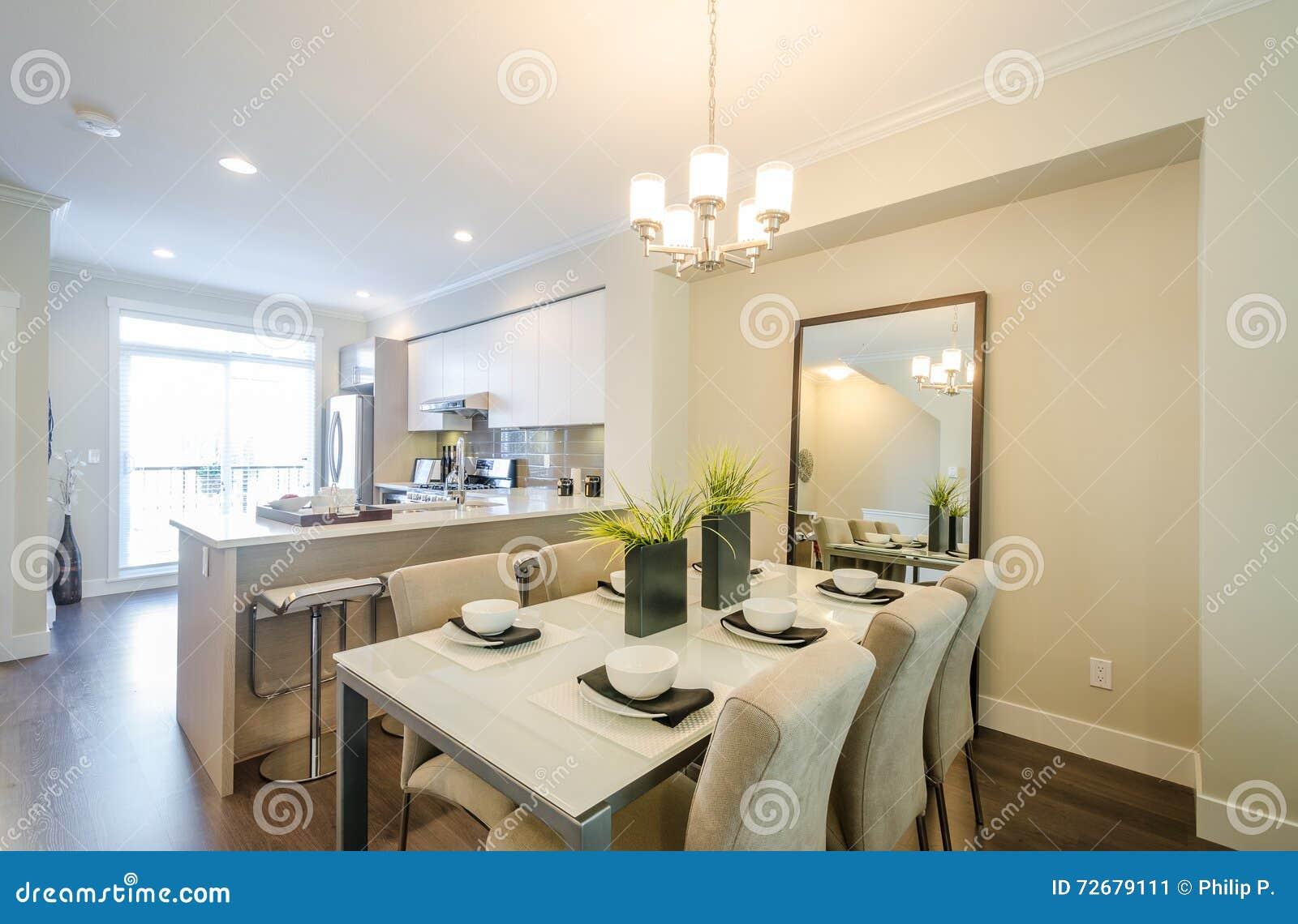 Moderne eetkamer en keuken stock foto afbeelding 72679111 - Eigentijds eetkamer model ...