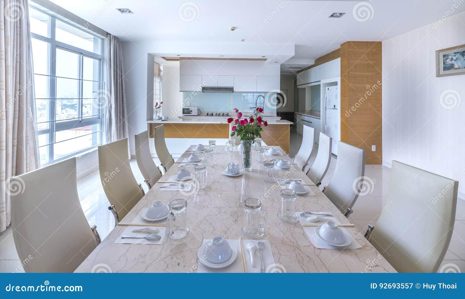 Moderne Eetkamer, Keuken In Luxeflats Redactionele Fotografie ...