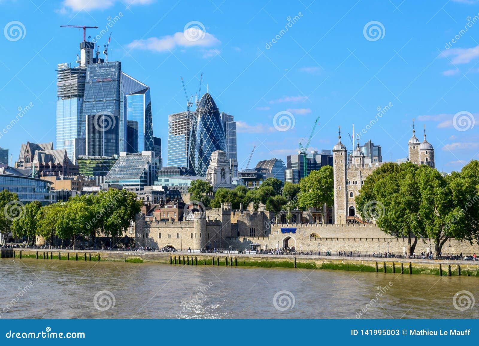 Moderne en Oude Gebouwen in Cityscape van Londen die van Torenbrug wordt bekeken