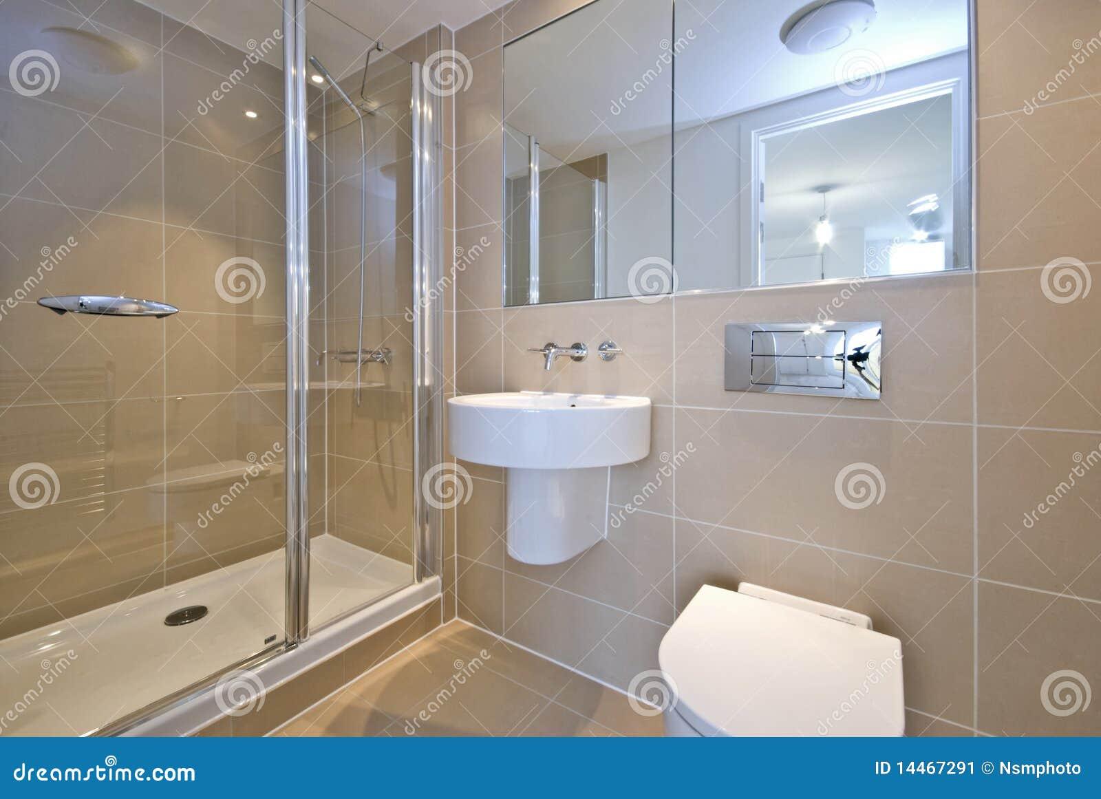 Moderne engels reeksbadkamers met douche stock afbeelding