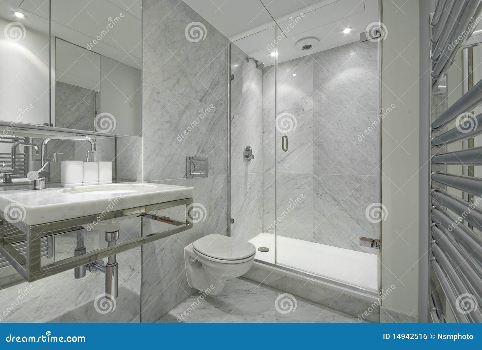 Moderne engelse reeks marmeren badkamers in wit royalty vrije stock afbeelding afbeelding for Moderne badkamers