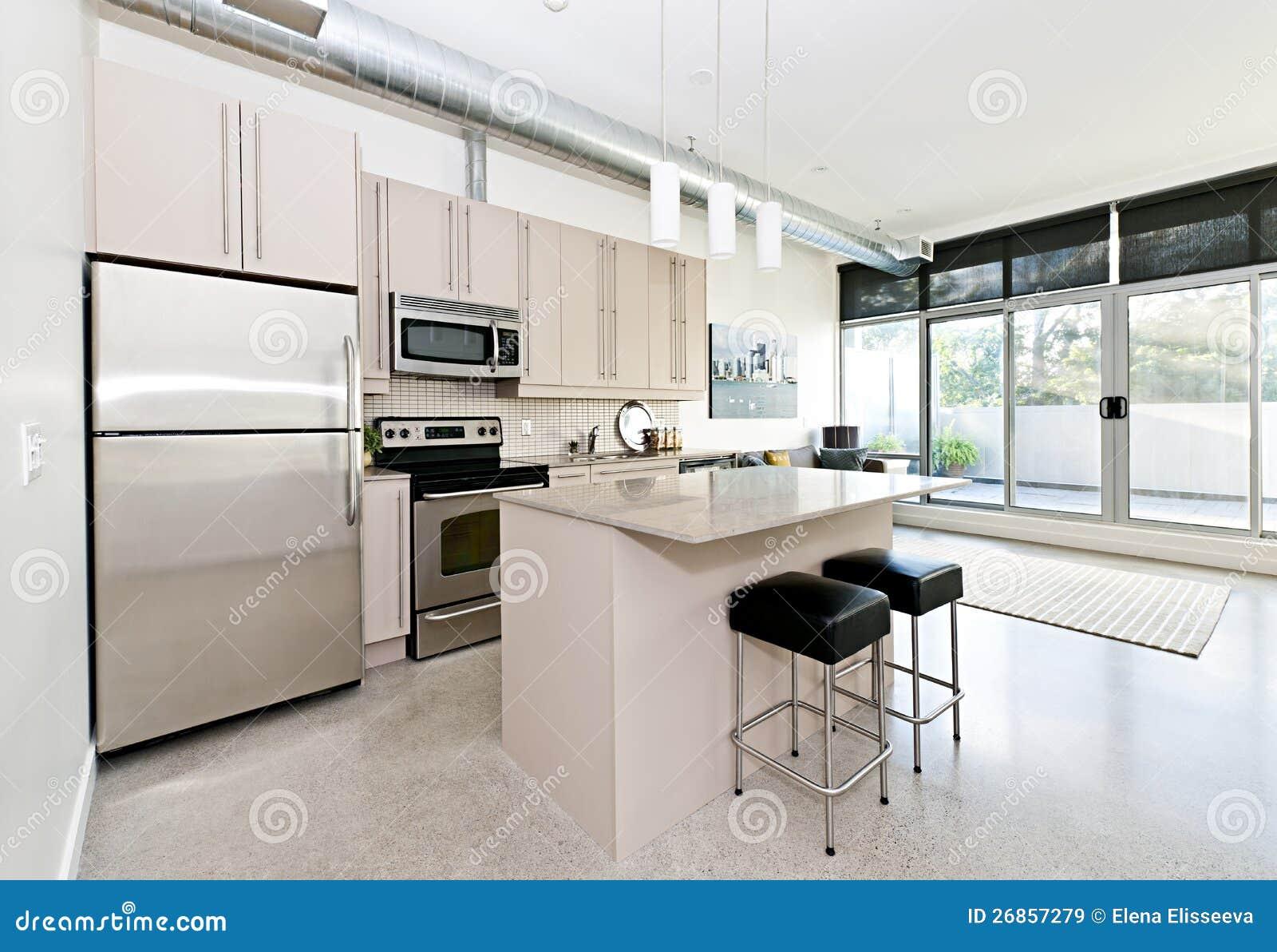 Moderne flatgebouw met koopflatskeuken en woonkamer