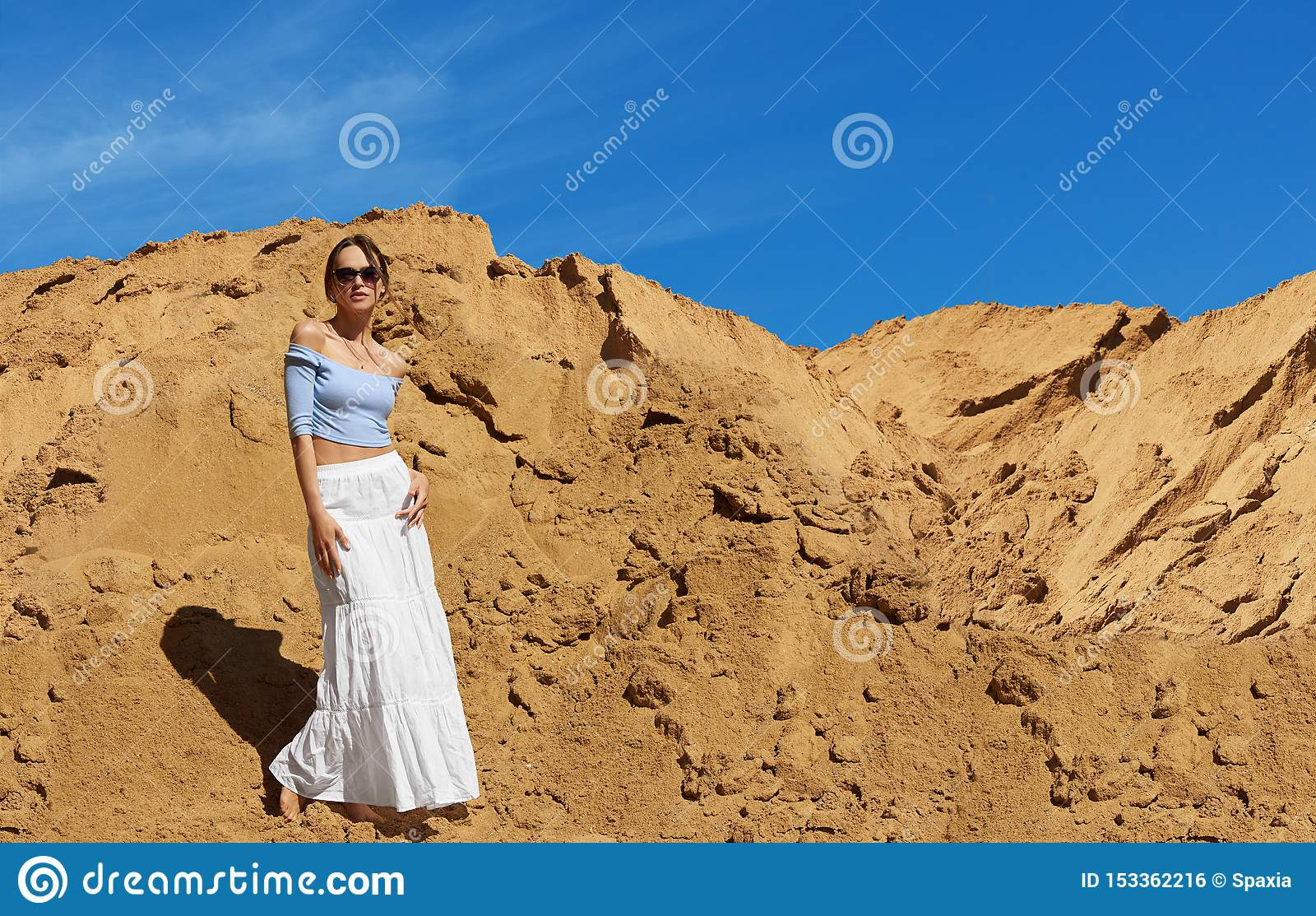 Moderne Frau trägt Sonnenbrille Sommerfreienportr?t