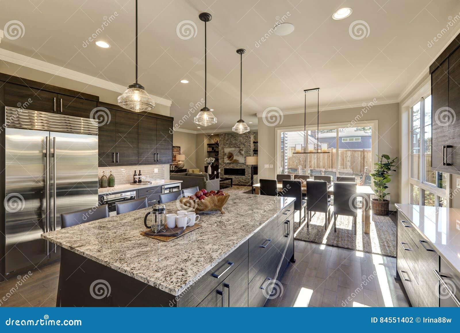 Moderne Graue Küche Kennzeichnet Dunkelgrauen Cabinetry Stockfoto ...