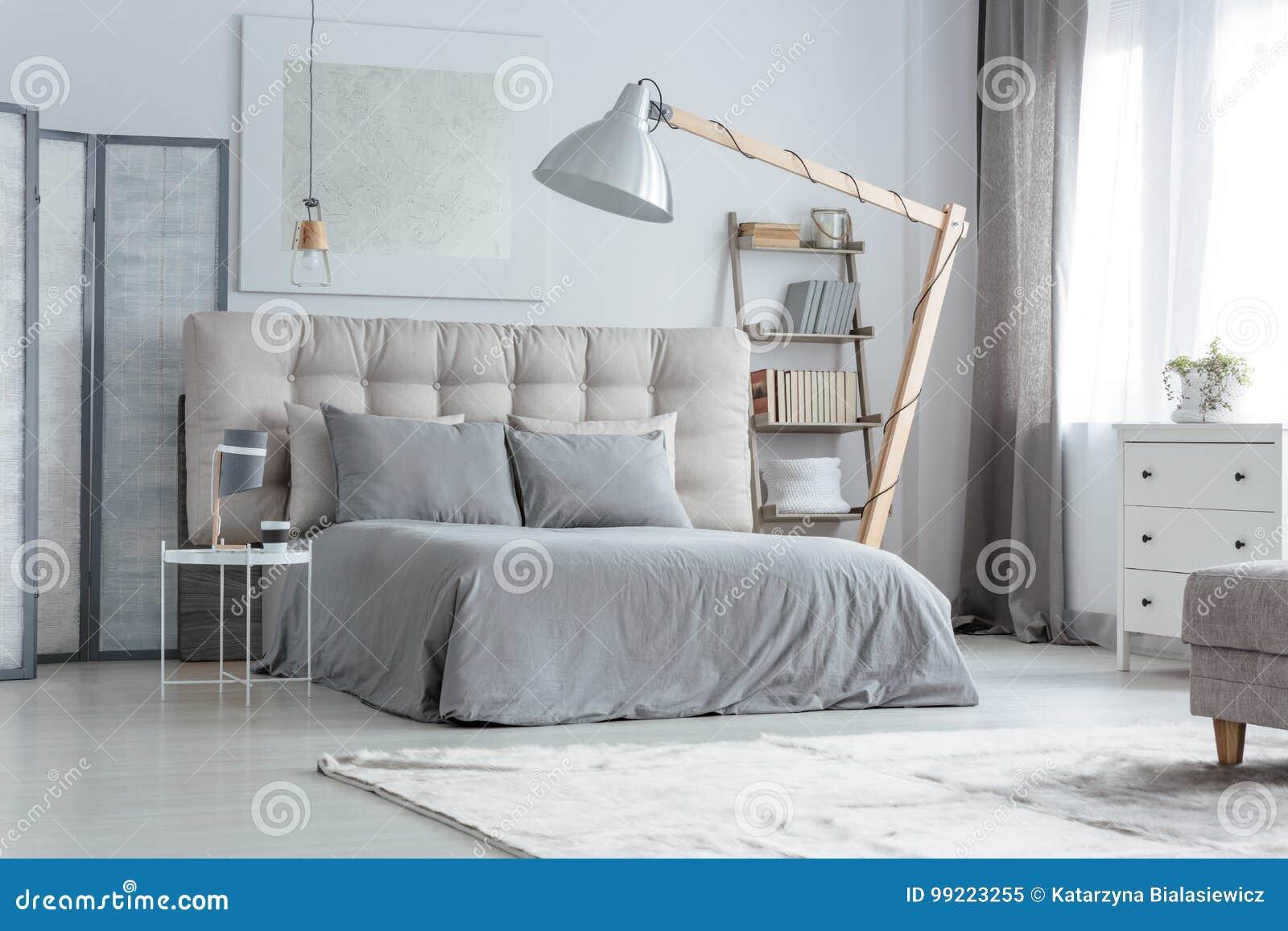 Grijze Slaapkamer Lamp : Moderne grijze slaapkamer stock afbeelding afbeelding