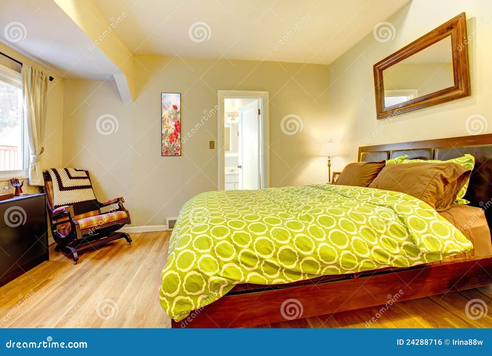Moderne groene en beige slaapkamer met bruin bed. royalty vrije ...