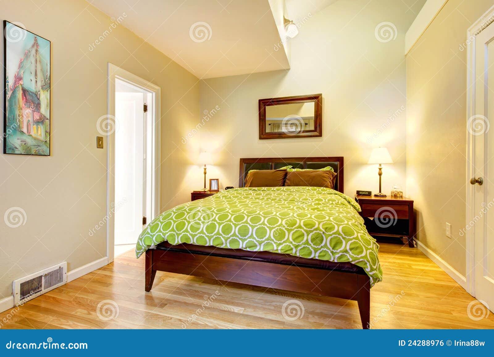 Moderne groene en beige slaapkamer met bruin bed royalty vrije stock afbeelding afbeelding - Ontwerp bed hoofden ...