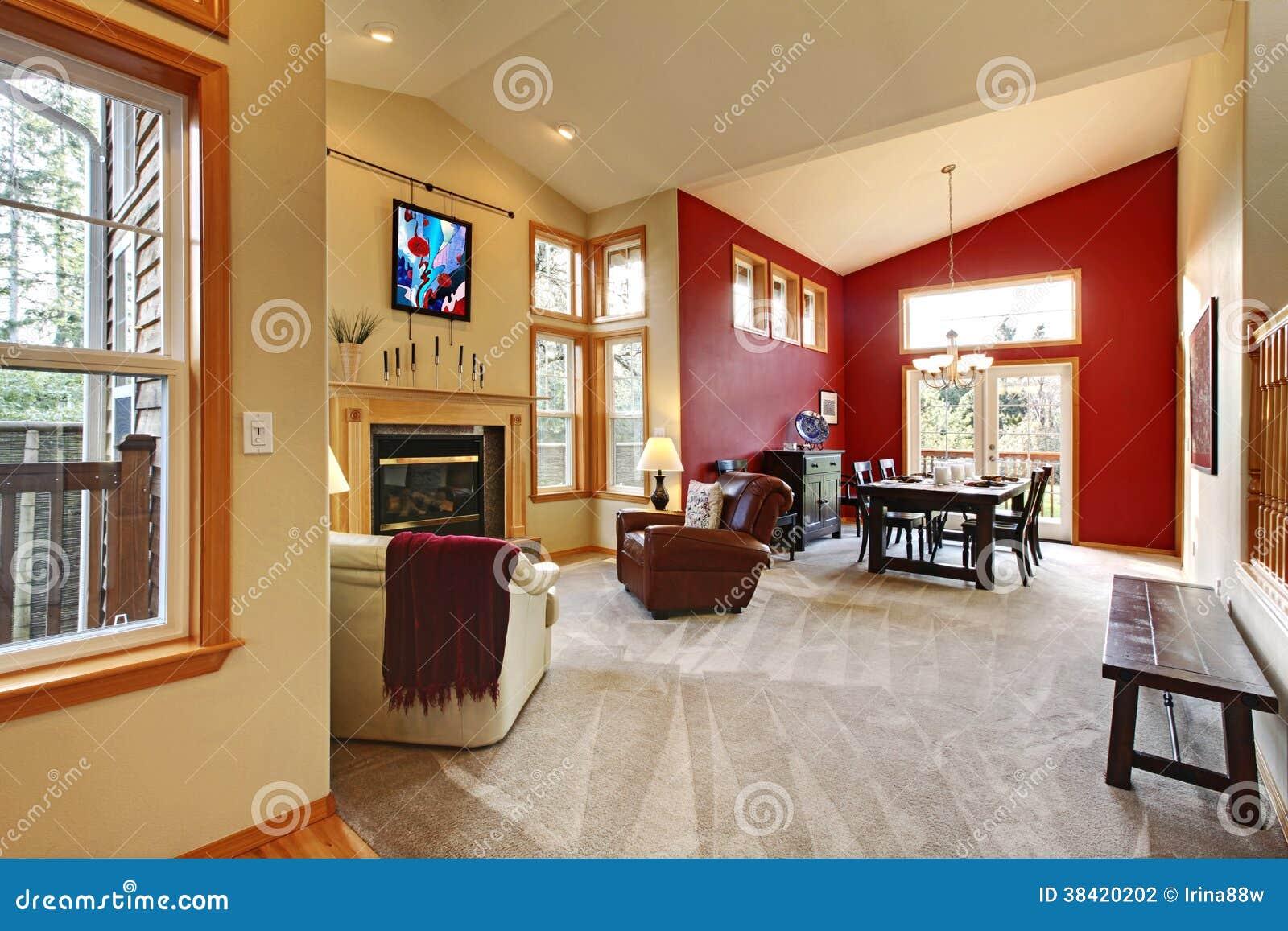 Moderne grote open woonkamer met rode muur stock foto for Woonkamer muur