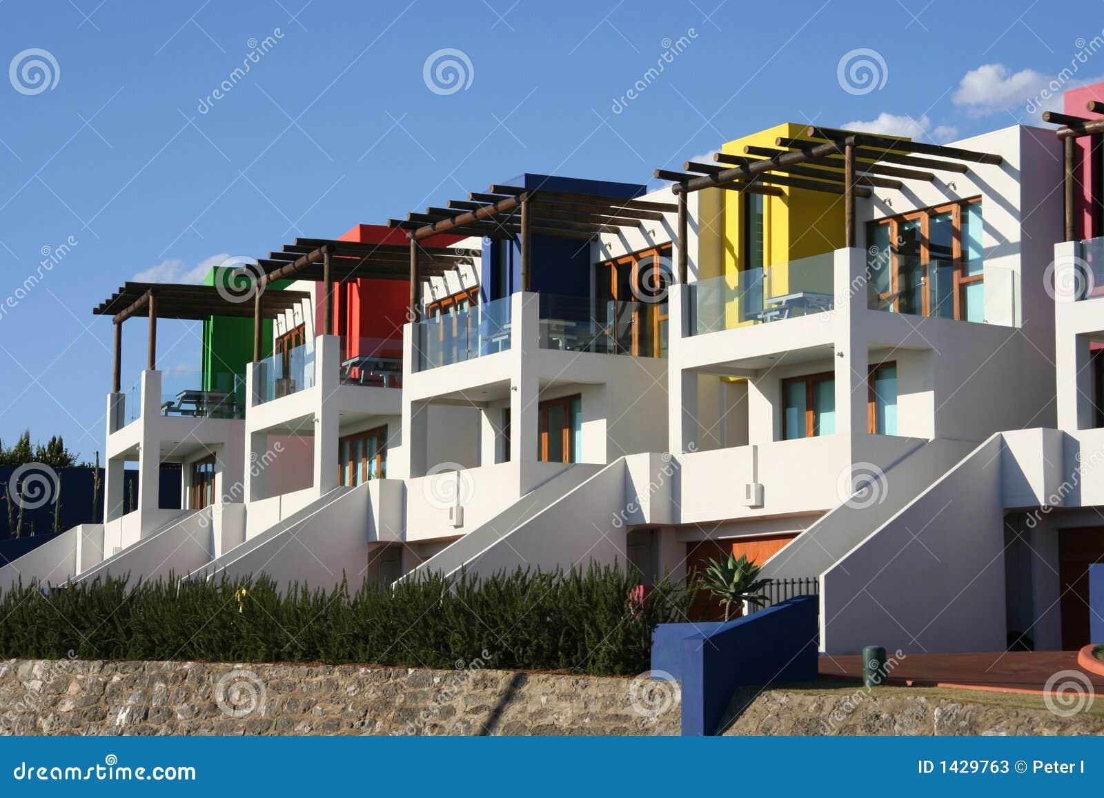 Moderne häuser weiß gemalt mit hellen farben