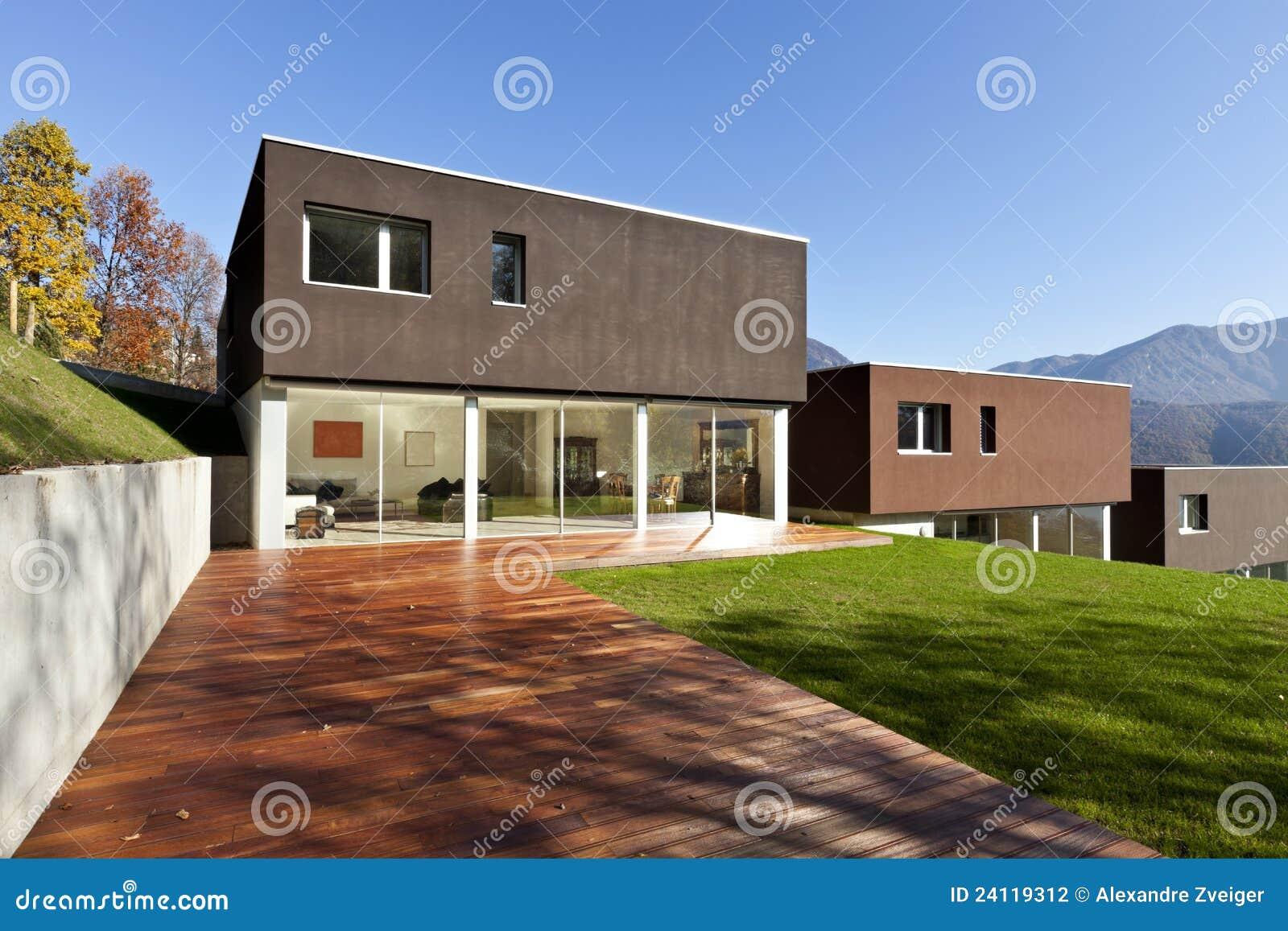 Moderne Häuser mit Garten stockfoto. Bild von wohnung - 24119312