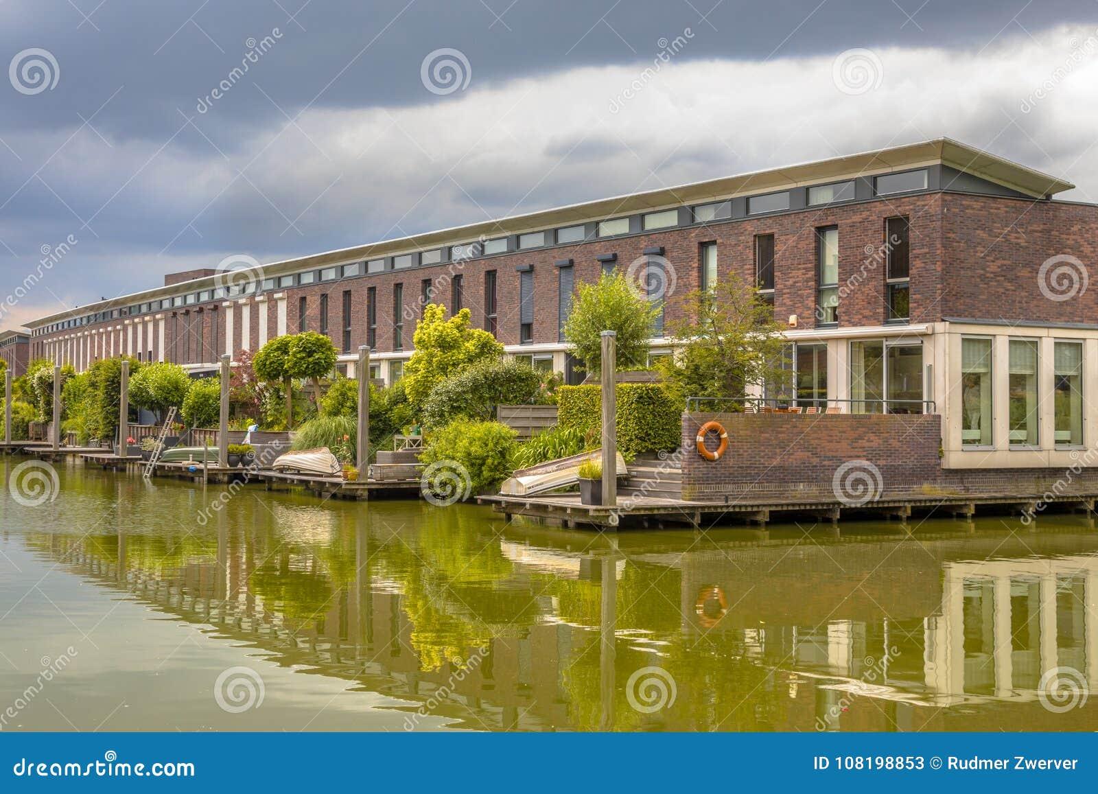 Moderne Häuser Mit Terrassengärten Stockbild - Bild von modern ...