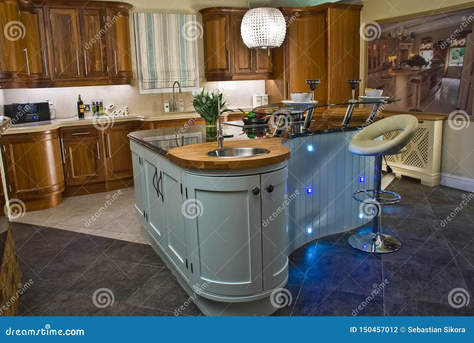 Moderne Hauptküche Innen mit Trauminsel