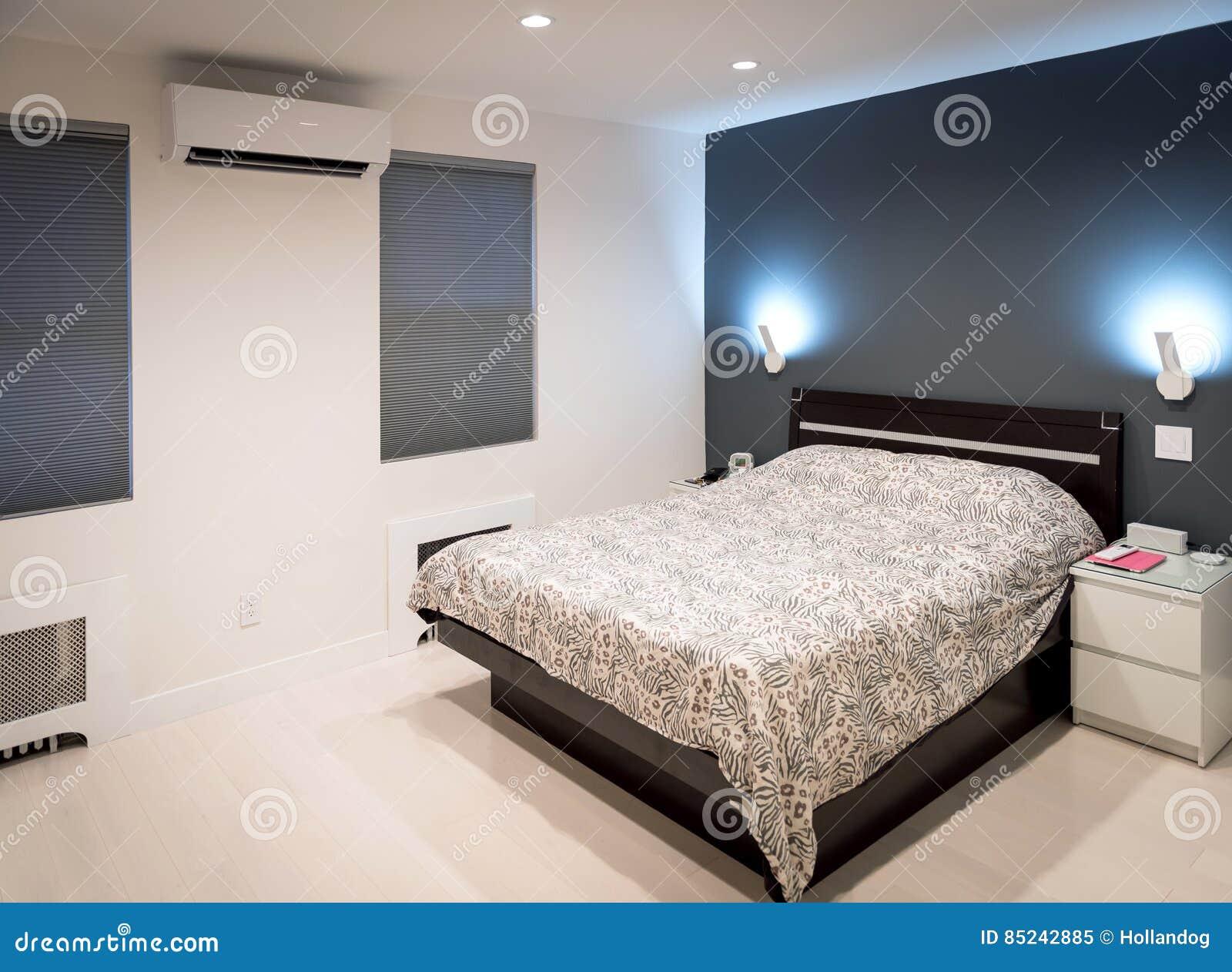 Moderne Het Accentmuur Van De Slaapkamer Witte Vloer In Grijs Stock ...