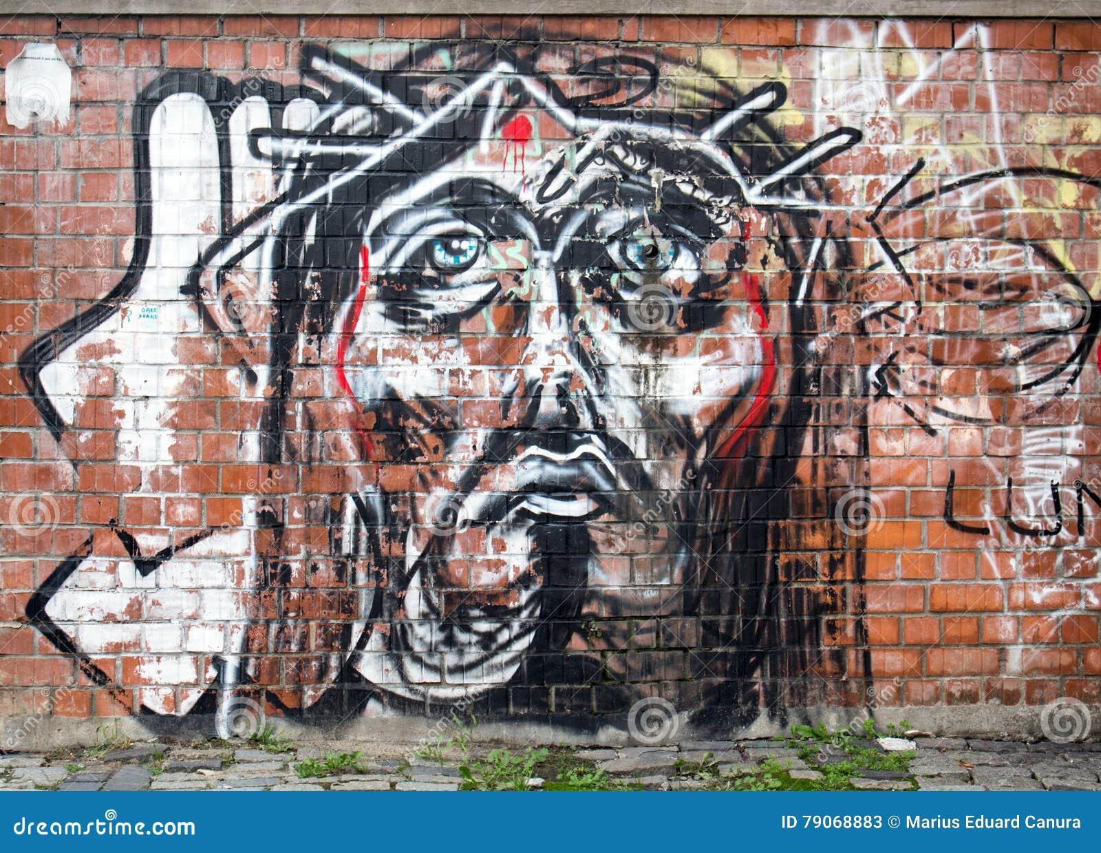 Moderne het schilderen graffiti op een muur in Boekarest die Jesus Christ-gezicht vertegenwoordigen