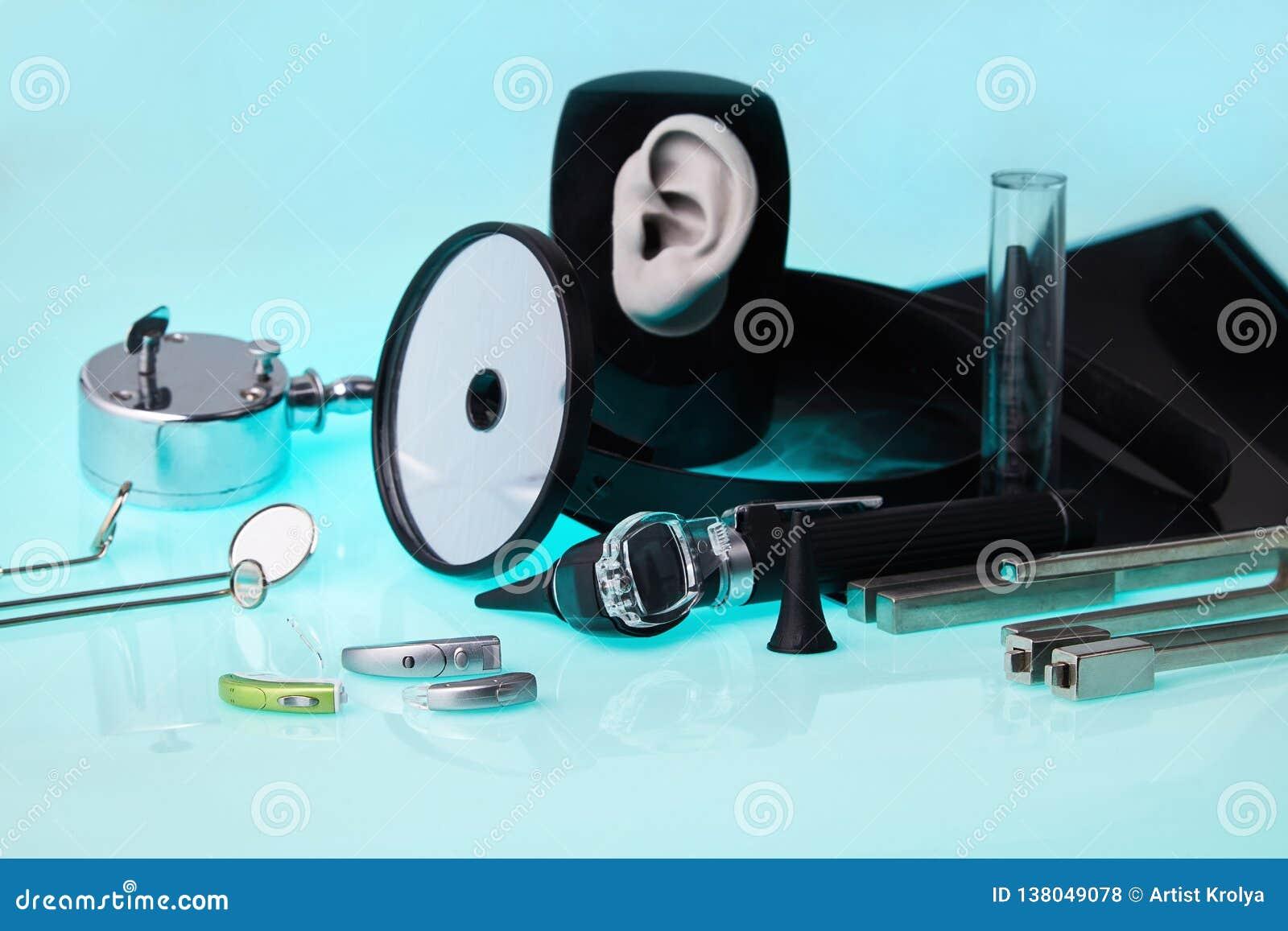 Moderne hoorapparaten op ENT hulpmiddelenachtergrond, zachte nadruk ENT toebehoren
