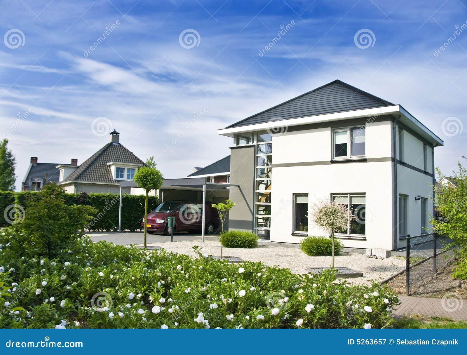 Moderne huis en tuin royalty vrije stock fotografie afbeelding 5263657 - Moderne uitbreiding huis ...