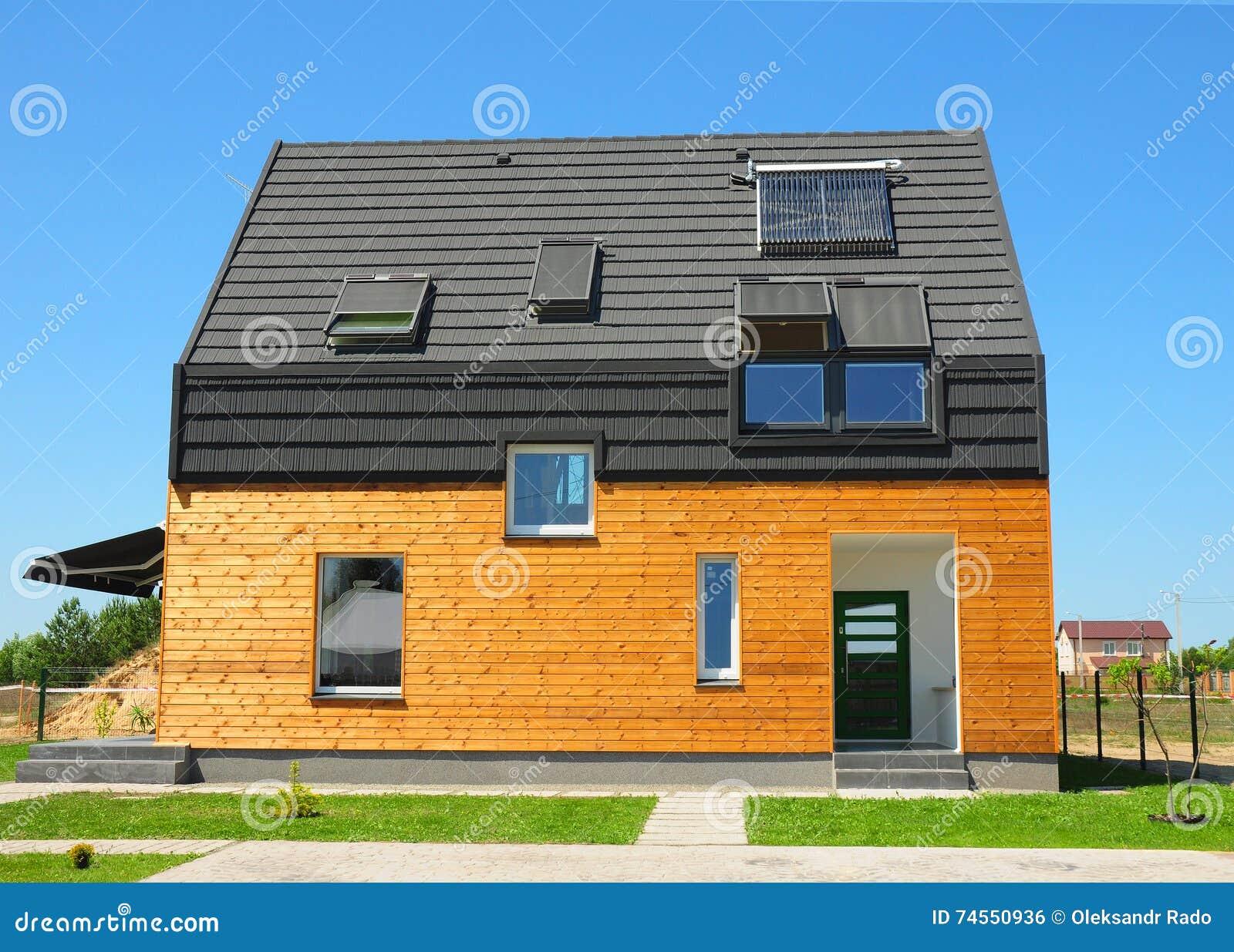 Moderne huisbuitenkant mooi nieuw eigentijds huis met zonnepanelen