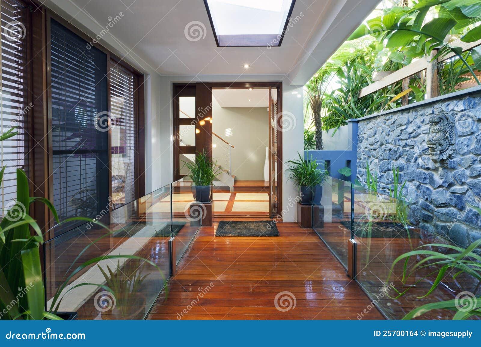 Moderne huisingang stock foto. afbeelding bestaande uit binnen
