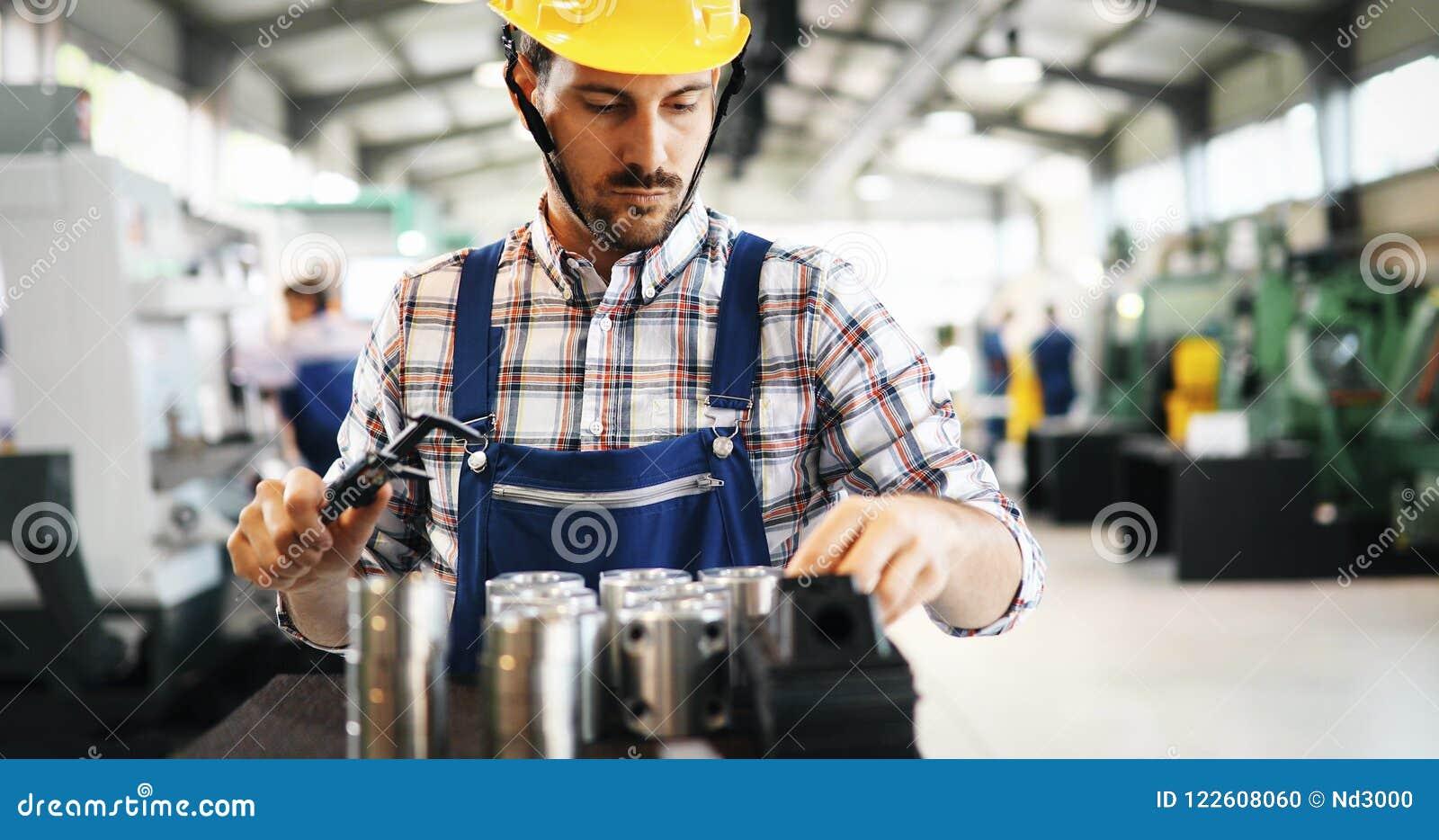 Moderne Industriële Machineexploitant die in Fabriek werken