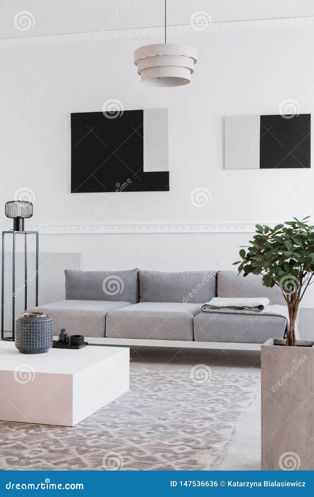 Moderne Industrielle Schwarze Lampe Nahe Bei Skandinavischem Sofa