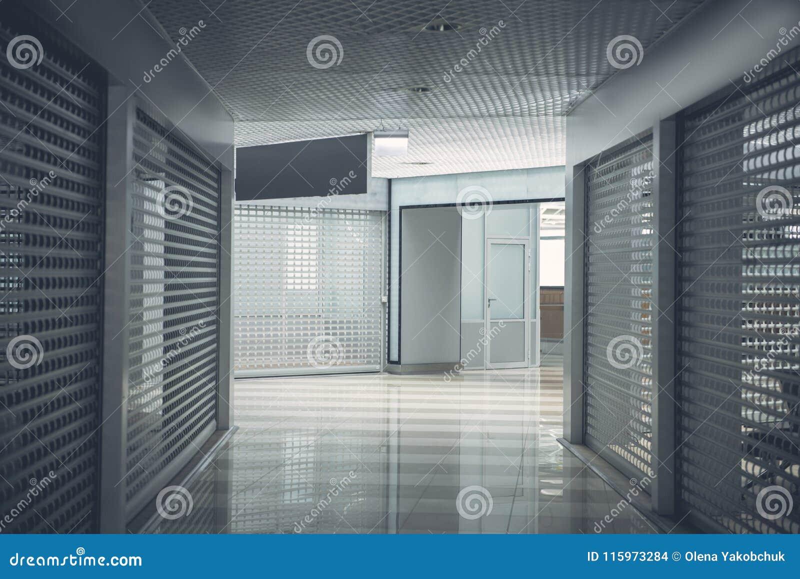 Moderne ingang in wijd lange gang stock foto afbeelding bestaande