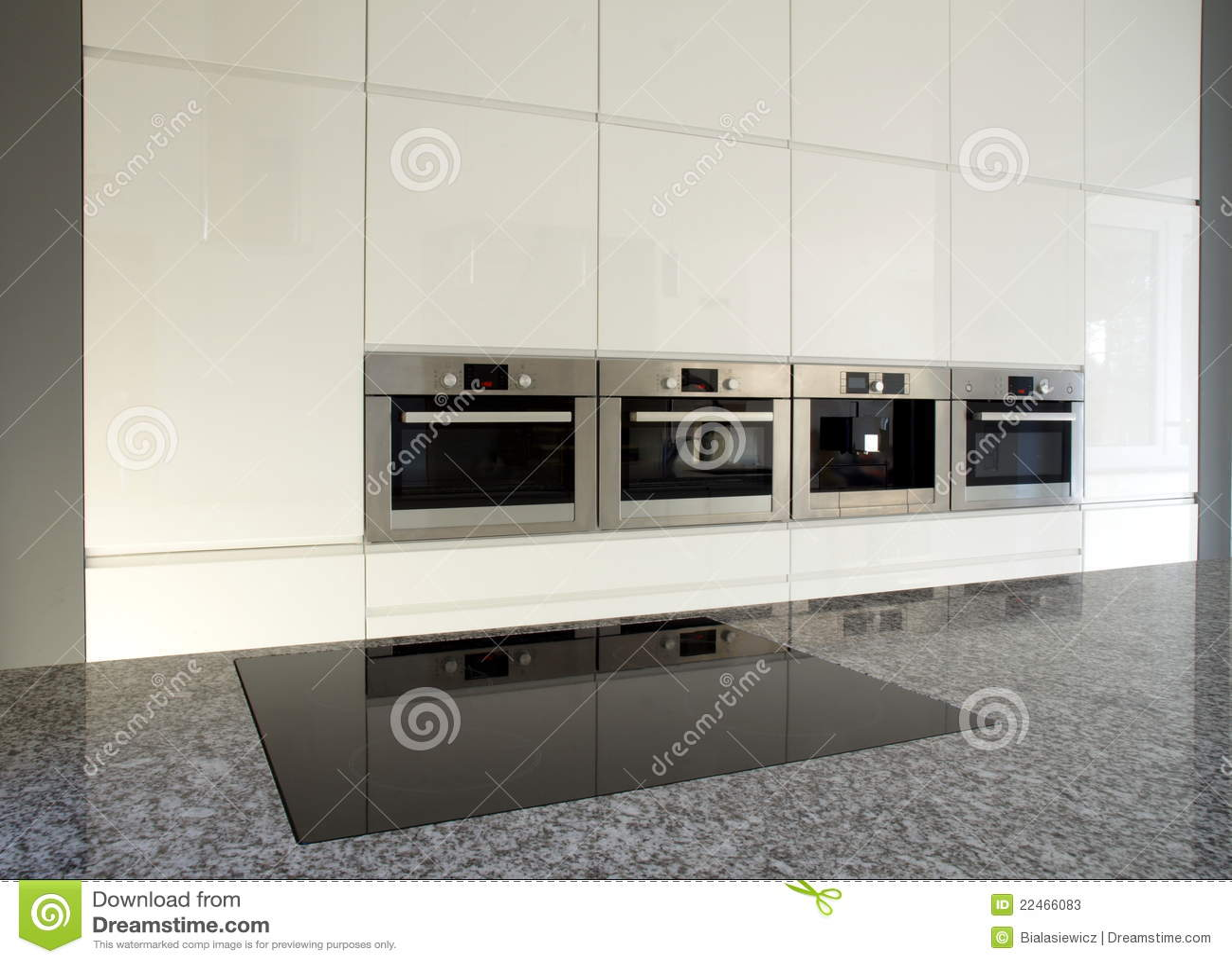Moderne ingebouwde keuken in wit stock foto's   afbeelding: 22466083