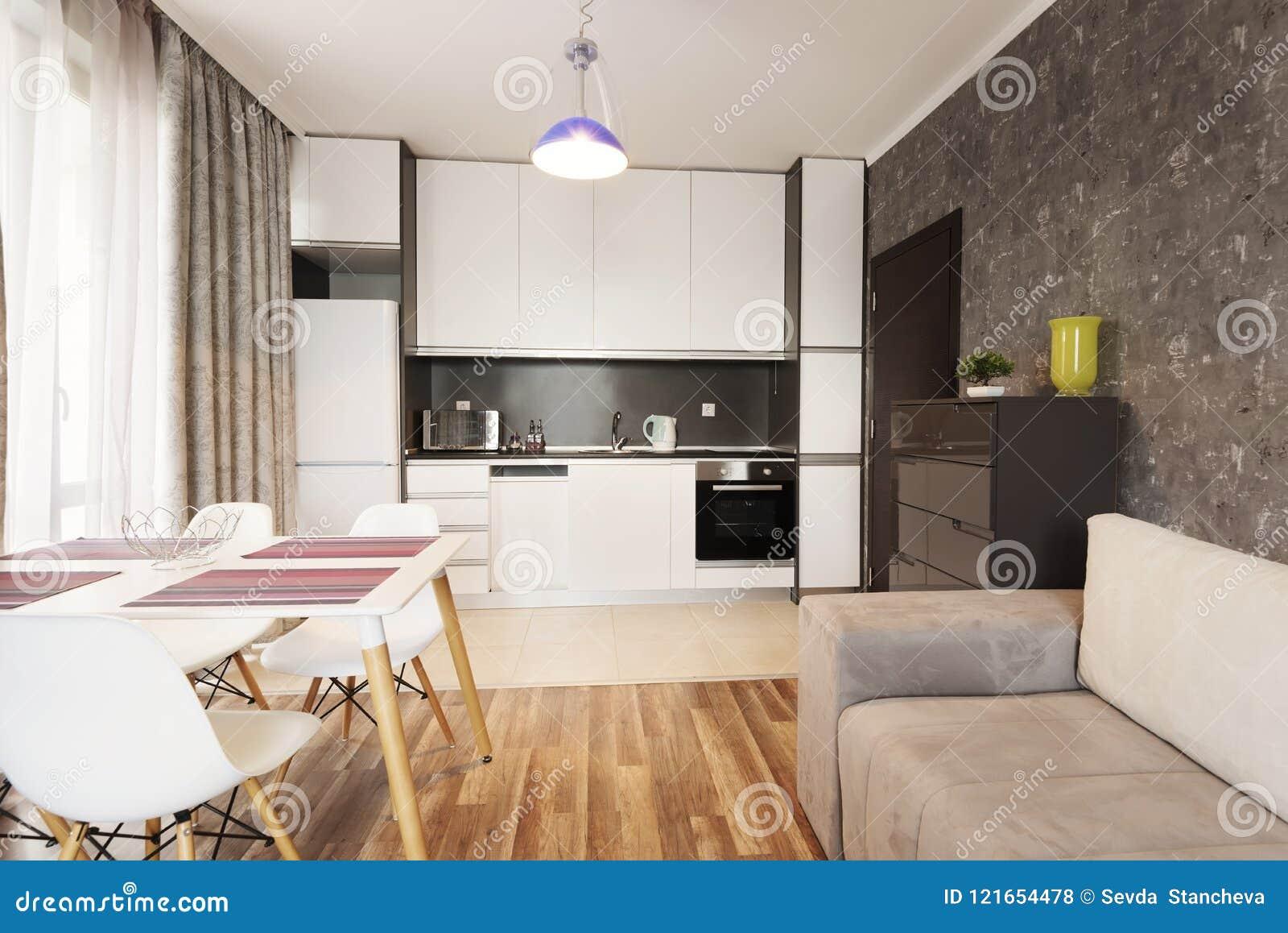 Download Moderne Innenarchitektur Des Hellen Und Gemütlichen Wohnzimmers  Mit Sofa, Speisetische Und Küche Graue Und