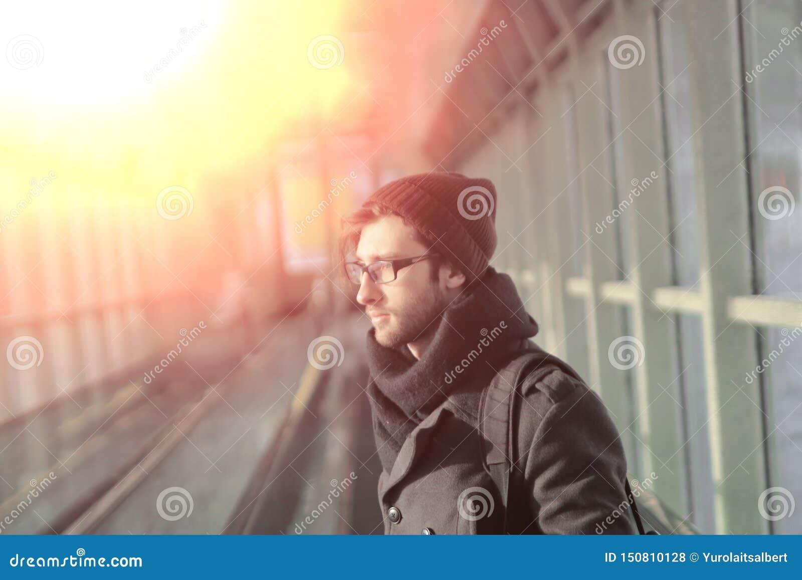 Moderne jonge mens die zich in de metro bevinden