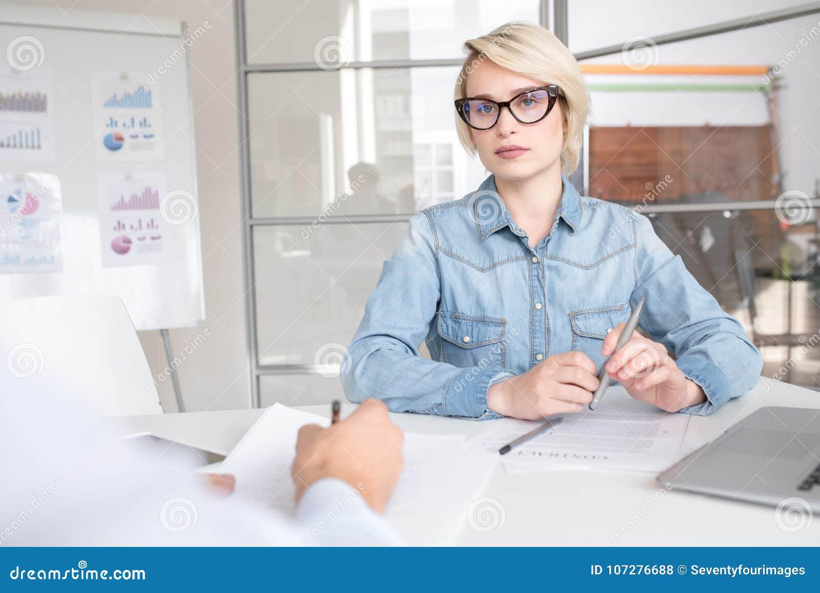 Moderne Jonge Onderneemster in Bureau