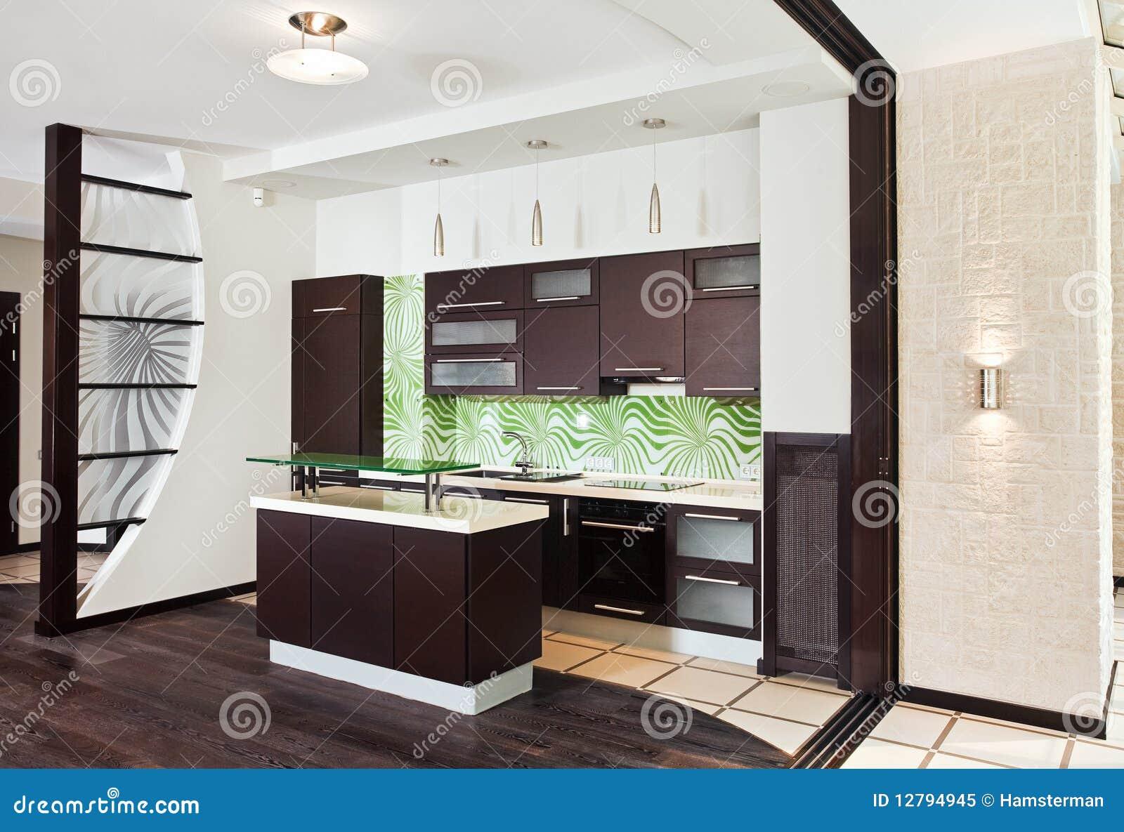 moderne k che mit dunklem h lzernem fu boden lizenzfreies. Black Bedroom Furniture Sets. Home Design Ideas