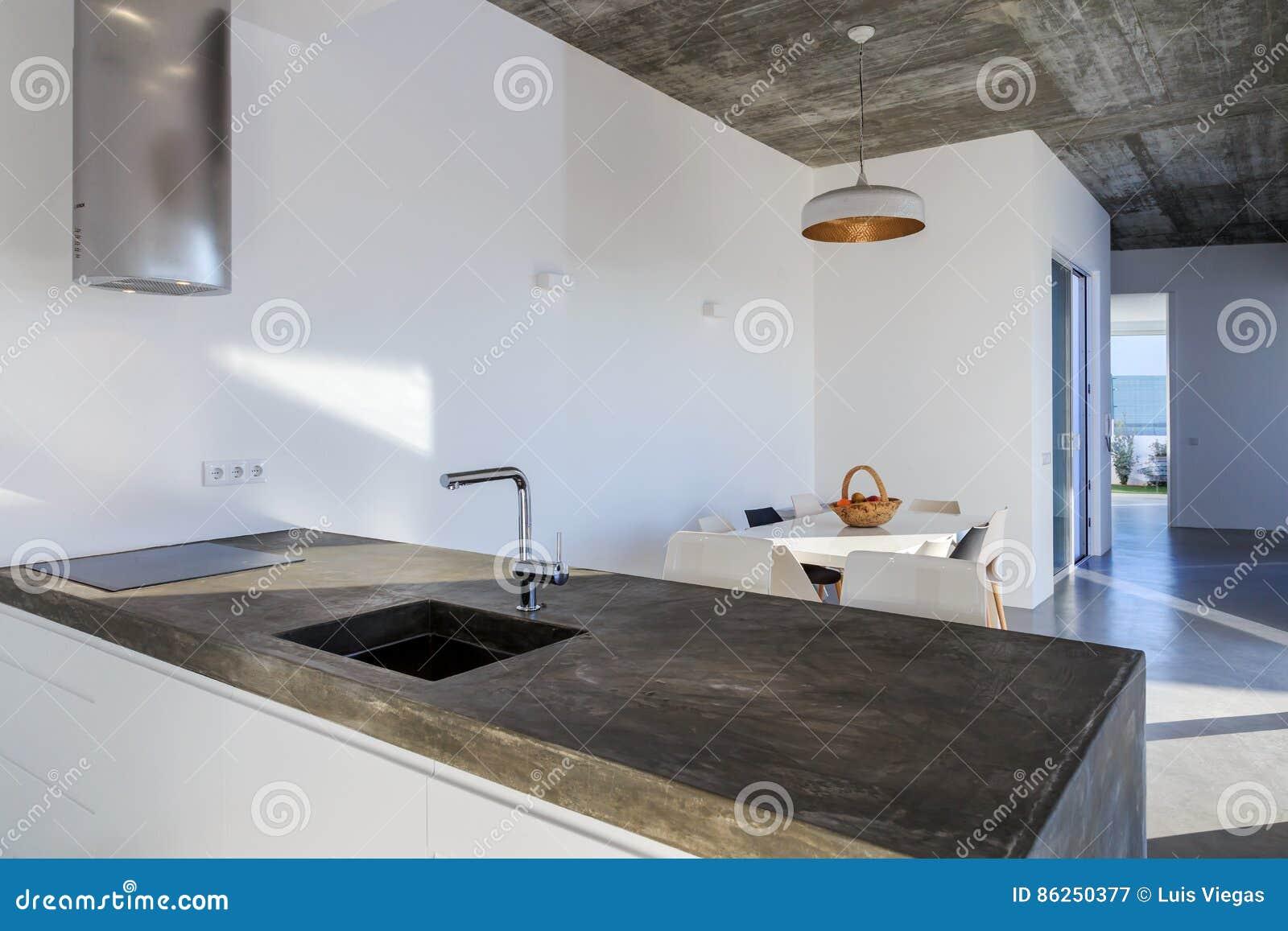 Moderne Küche Mit Grauem Fliesenboden Und Weißer Wand Stockbild ...