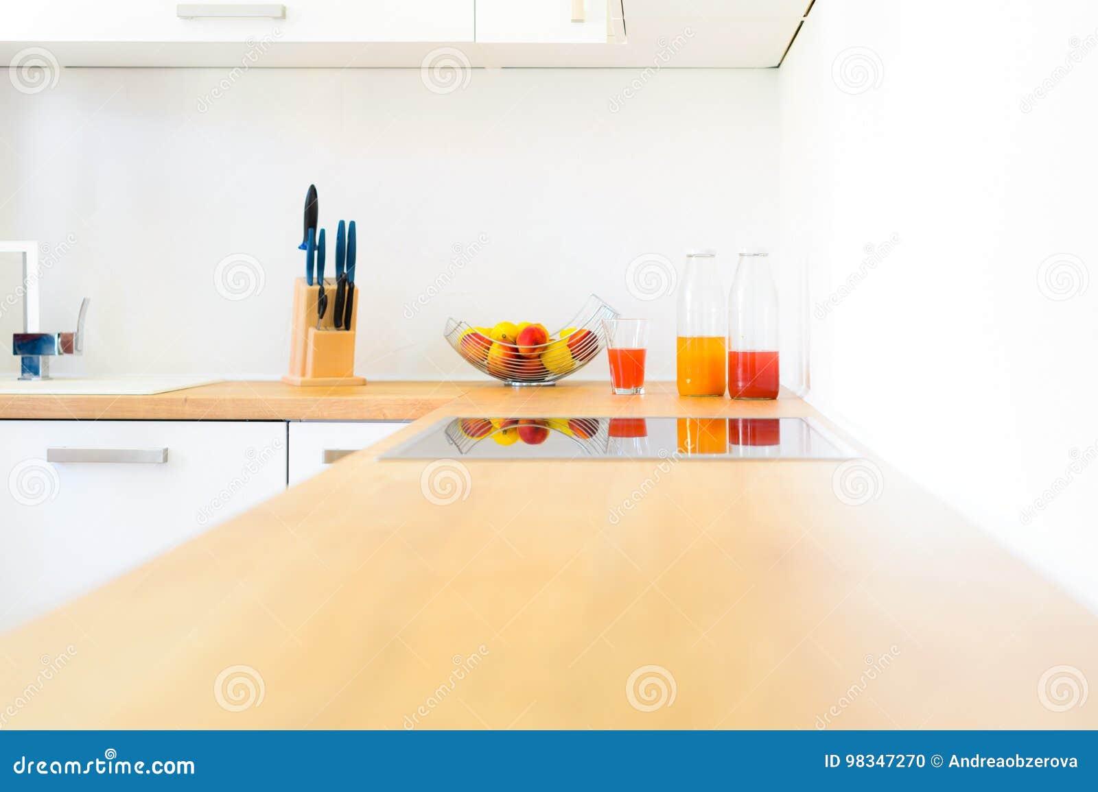Moderne Küchenarbeitsplatte Mit Induktionskochfeld, Frischer Frucht ...